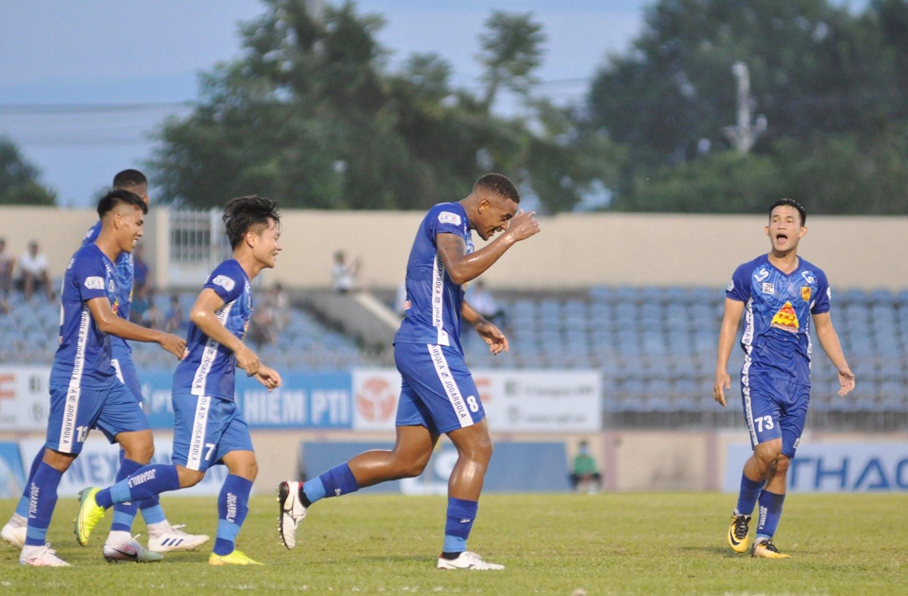 Jose (số 8) ăn mừng với cú đúp bàn thắng vào lưới Hà Nội. Ảnh: T.V