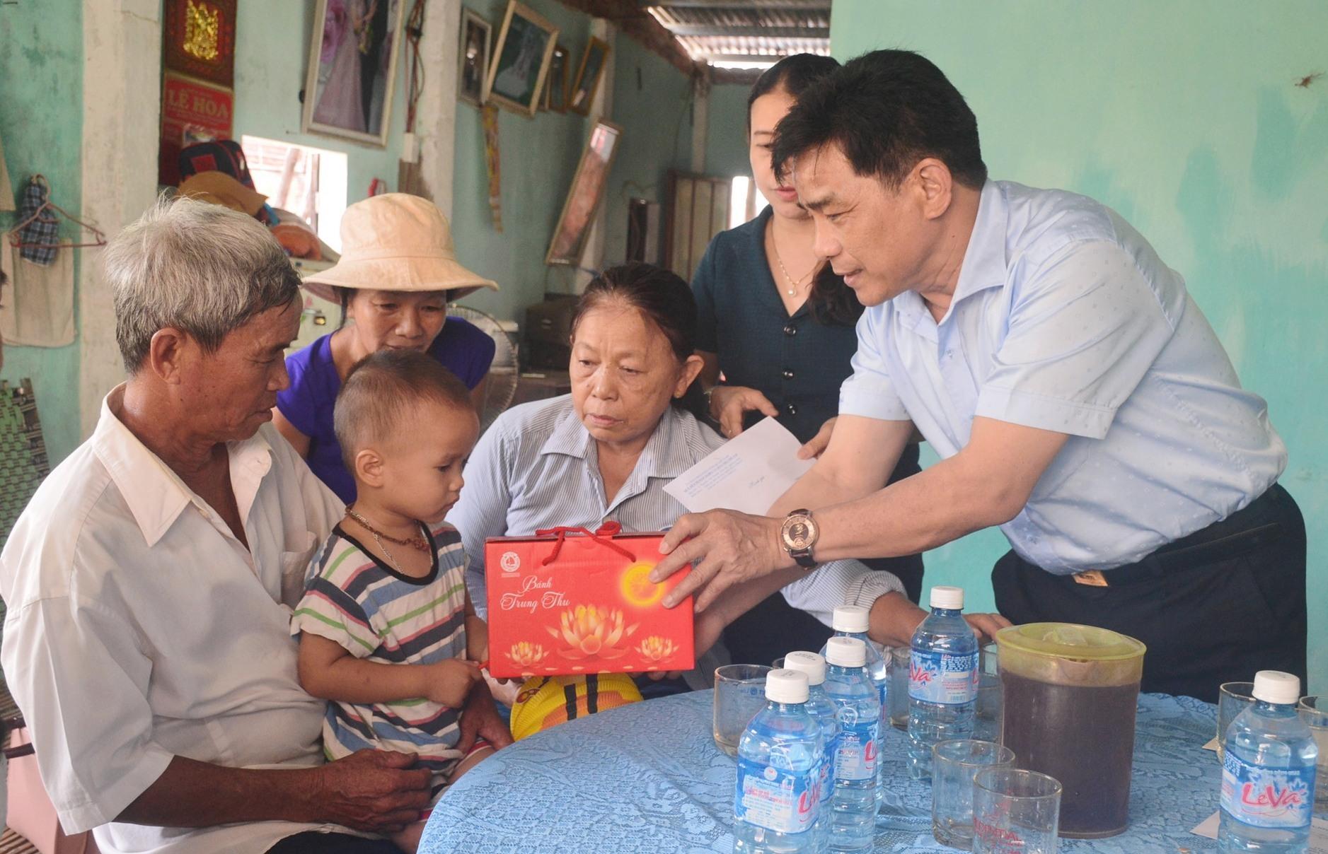Phó Bí thư Thường trực Tỉnh ủy Lê Văn Dũng trao quà trung thu một trẻ mồ côi tại phường Điện An. Ảnh: Q.T