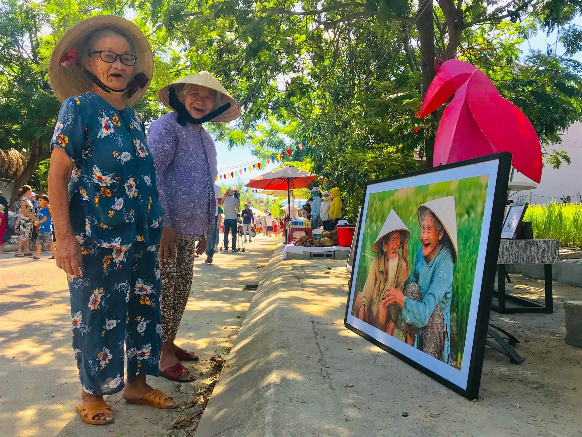 Người dân hào hứng tham quan tại chợ phiên.