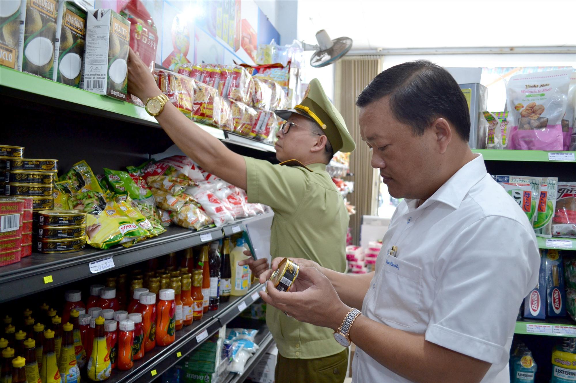 Cuối tuần qua, ngành chức năng thanh tra, kiểm tra ATTP ở huyện Duy Xuyên. Ảnh: VIỆT NGUYỄN