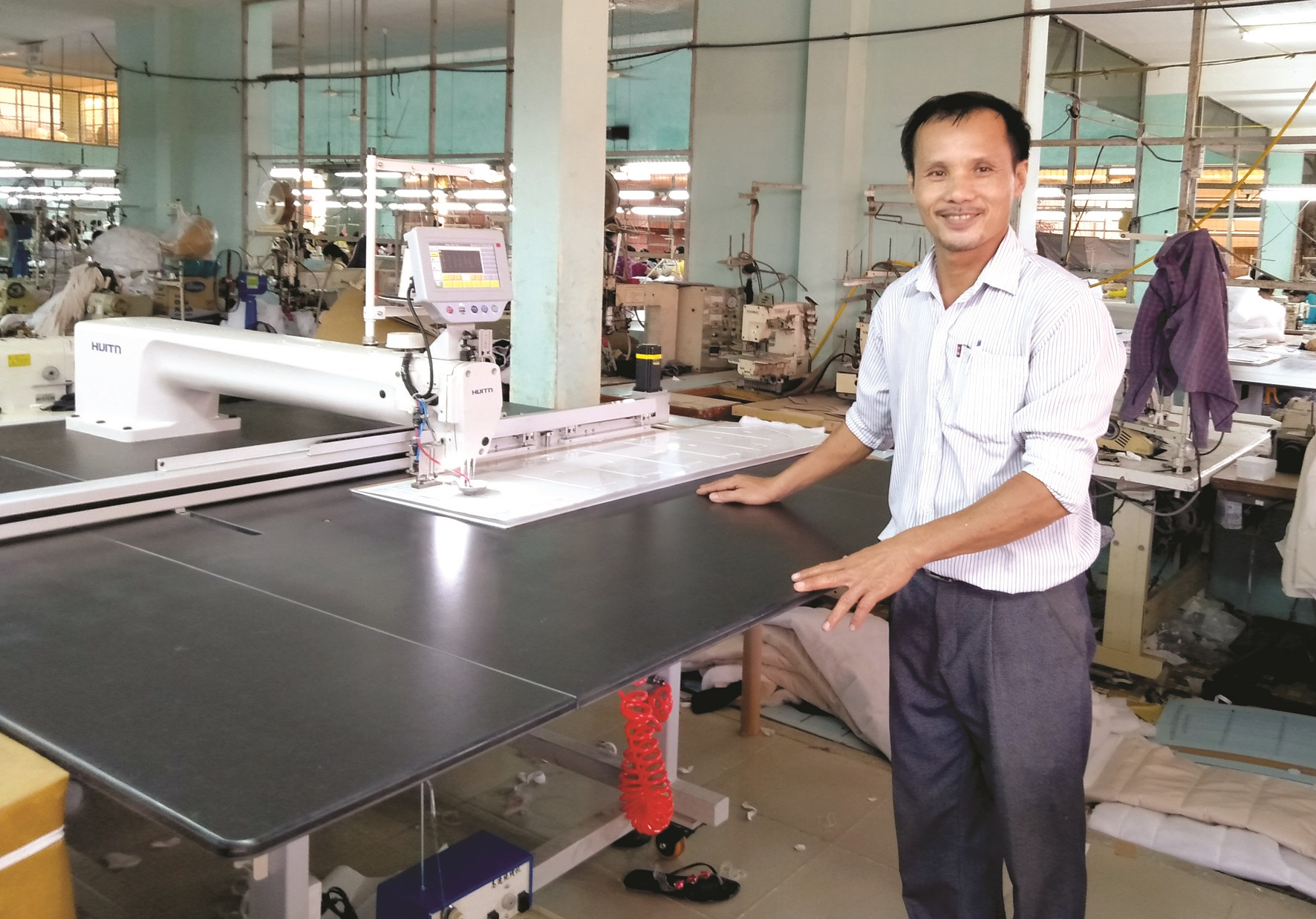 Nhiều sáng kiến kỹ thuật của anh Trần Văn Minh làm lợi hàng trăm triệu đồng cho công ty mỗi năm. Ảnh: M.V