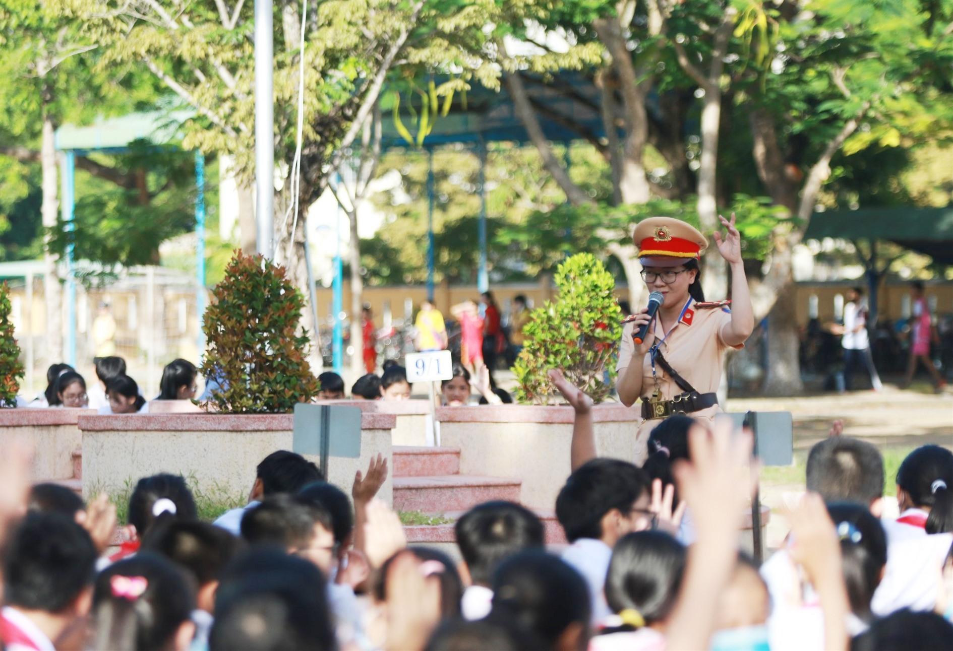 Buổi tuyên truyền thu hút sự tham gia tương tác khá tích cực của học sinh trường THCS Nguyễn Du. Ảnh: T.C