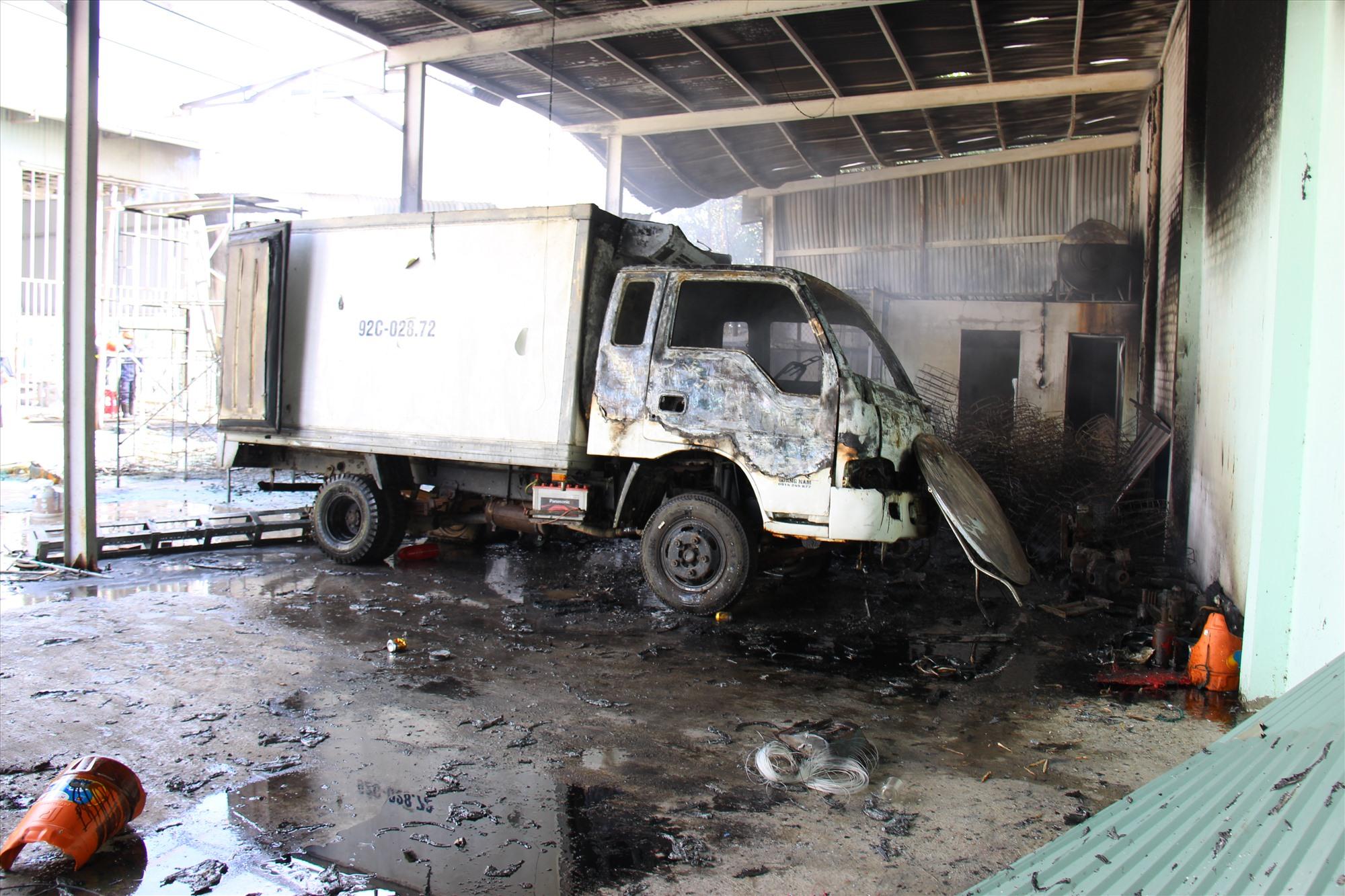Chiếc xe tải bị thiêu rụi. Ảnh: HOÀI AN