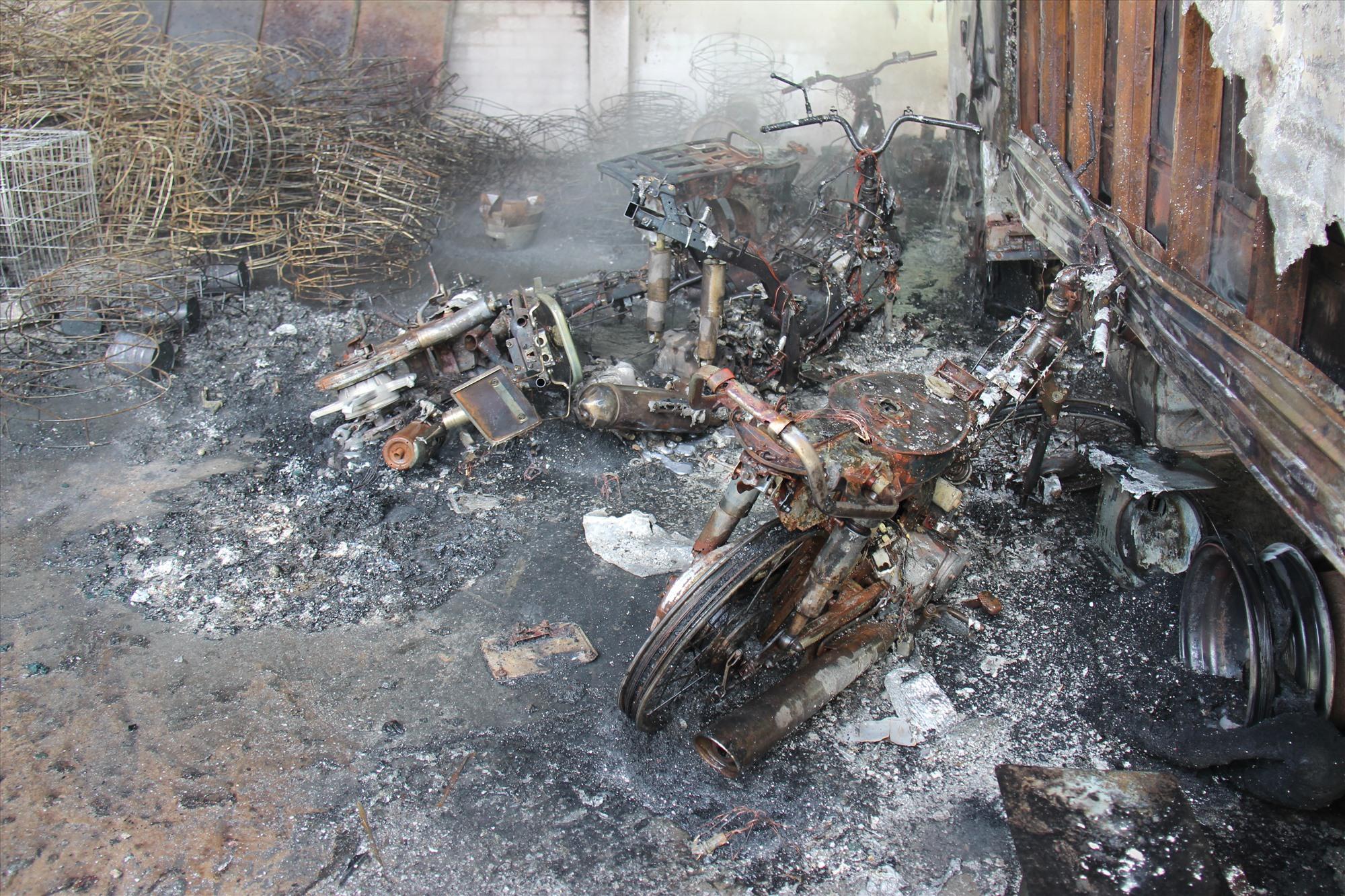 Xe máy bị cháy rụi không thể sửa chữa. Ảnh: HOÀI AN