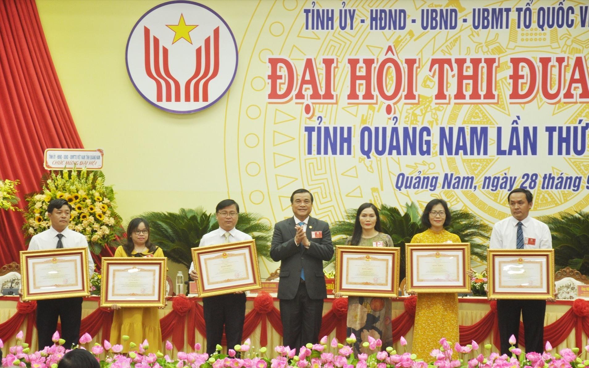 Bí thư Tỉnh ủy Phan Việt Cường trao tặng Bằng khen của Thủ tướng Chính phủ cho các cá nhân. Ảnh: N.Đ