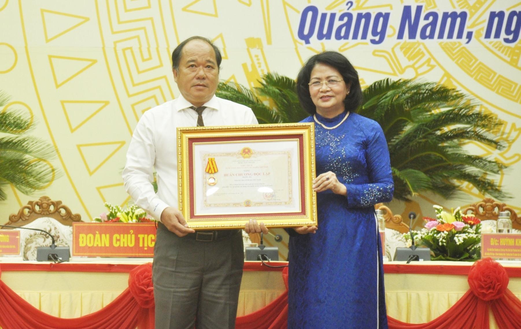 Phó Chủ tịch nước tặng Huân chương Độc lập hạng Ba cho Thanh tra tỉnh. Ảnh: N.Đ