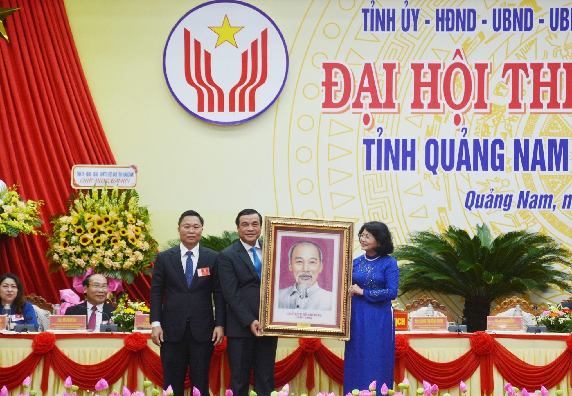 Phó Chủ tịch nước Đặng Thị Ngọc Thịnh trao tặng bức chân dung Chủ tịch Hồ Chí Minh cho Đảng bộ, chính quyền và Nhân dân tỉnh. Ảnh: N.Đ
