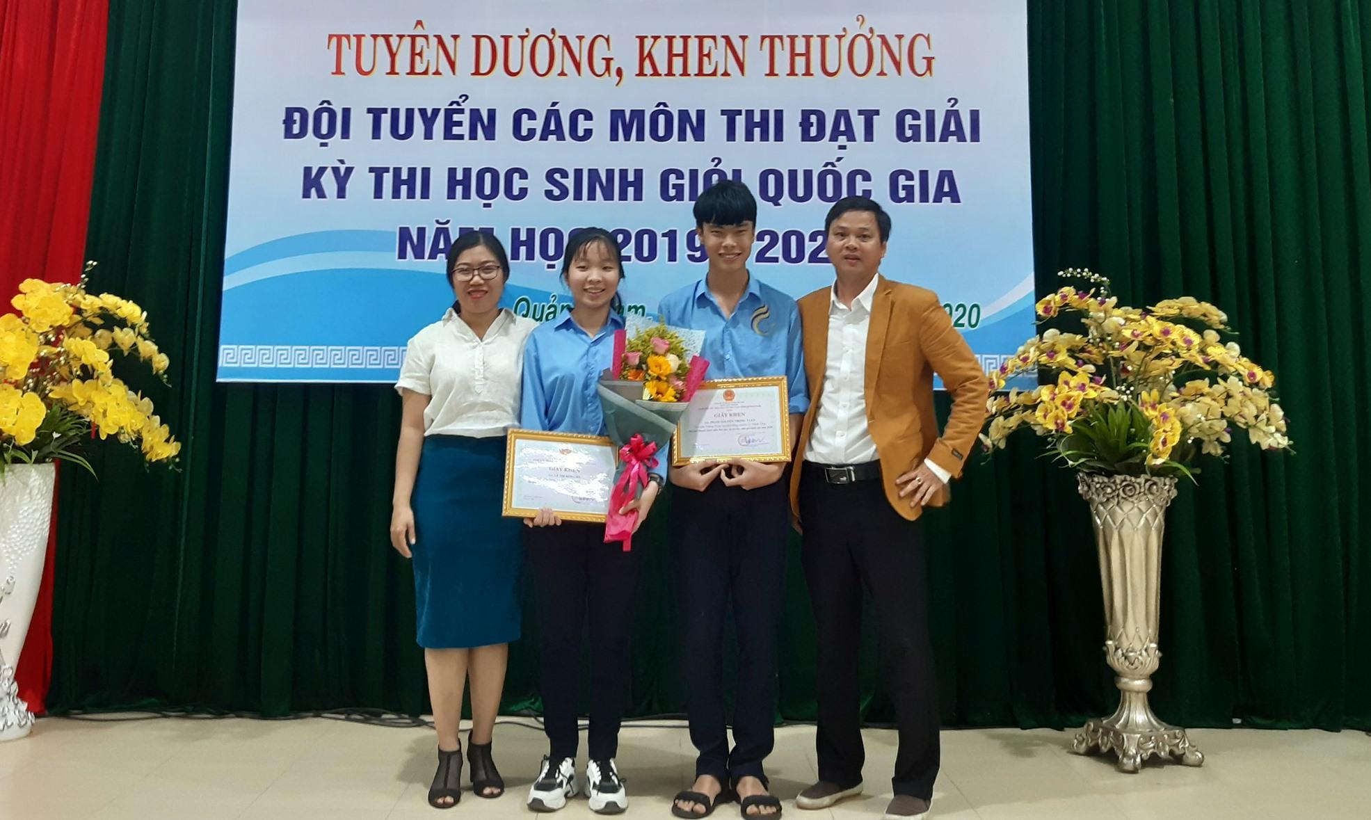 Lê Thị Hồng Hà (thứ 2, từ trái sang) - cô gái mê Hóa học. Ảnh: N.V.C.C