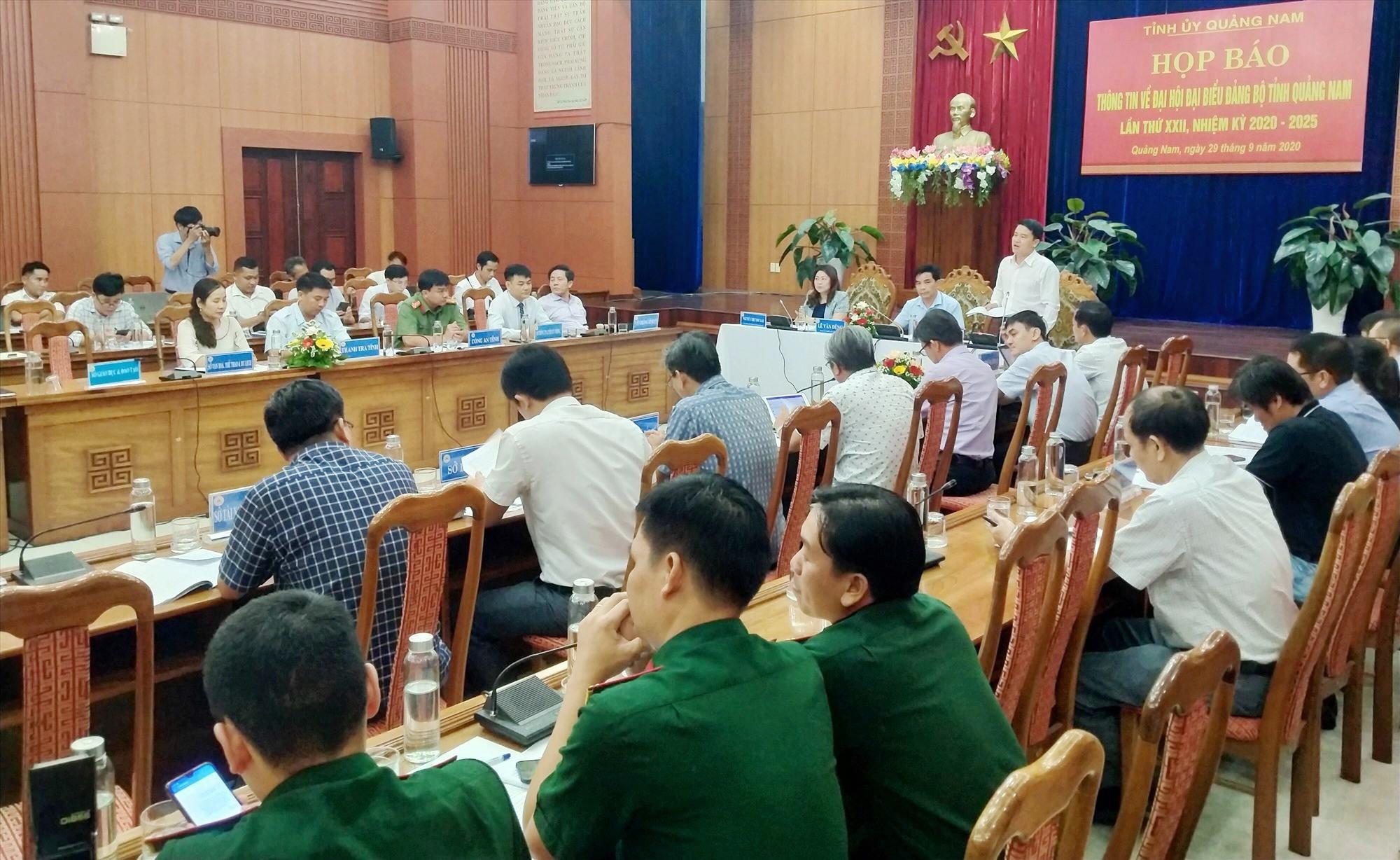 Phó Chủ tịch UBND tỉnh Trần Văn Tân trả lời câu hỏi của các cơ quan báo chí. Ảnh: N.Đ