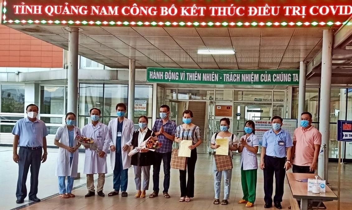 Lãnh đạo ngành y tế Quảng Nam và Bệnh viện Đa khoa Trung ương Quảng Nam tặng hoa chúc mừng hai bệnh nhân Covid-19 cuối cùng đã khỏi bệnh. Ảnh: Đ.H