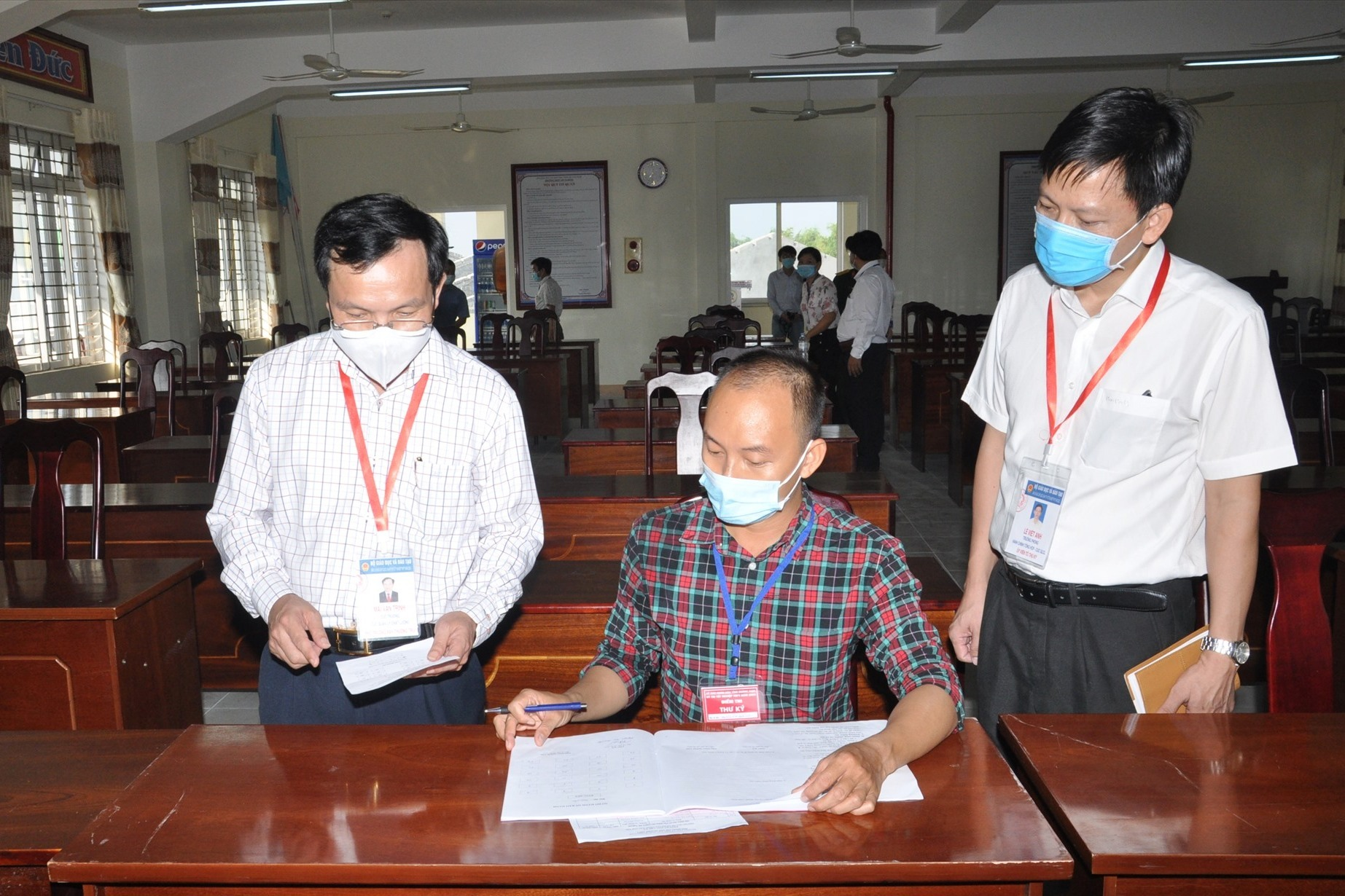Ông Mai Văn Trinh kiểm tra tại điểm thi Trường THPT Hồ Nghinh. Ảnh:X.P