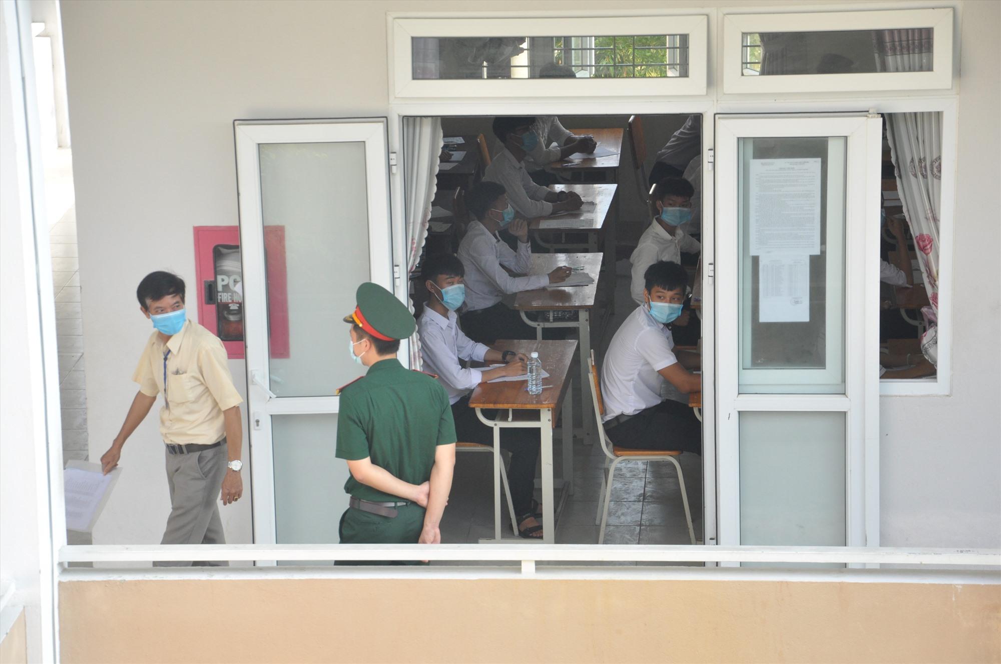Bác sĩ của Học viện Quân y được Bộ GD-ĐT phân công về Quảng Nam để giám sát, kịp thời phát hiện tình huống phát sinh dịch Covid 19. Ảnh: X.P