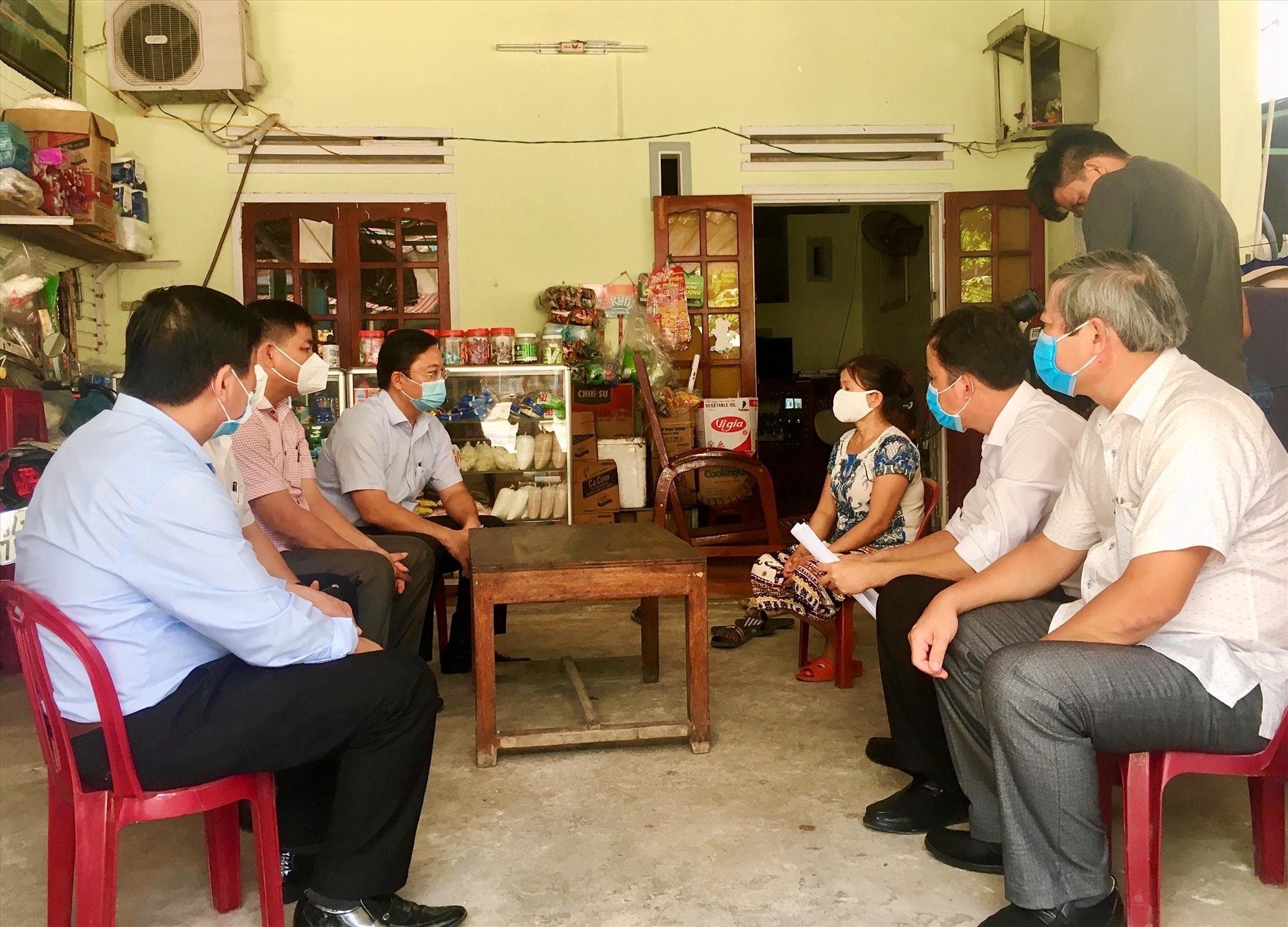 Chủ tịch UBND tỉnh Lê Trí Thanh kiểm tra thực tế tại một hộ dân nhận hỗ trợ theo Nghị quyết 42 tại thôn Phước Viên, xã Quế Trung.
