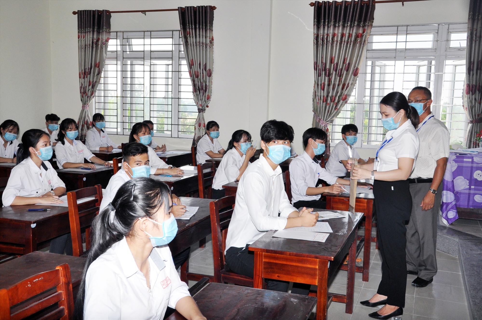 Phòng thi đảm bảo điều kiện, thực hiện giãn cách tại điểm thi Trường THPT Hồ Nghinh. Ảnh: X.P