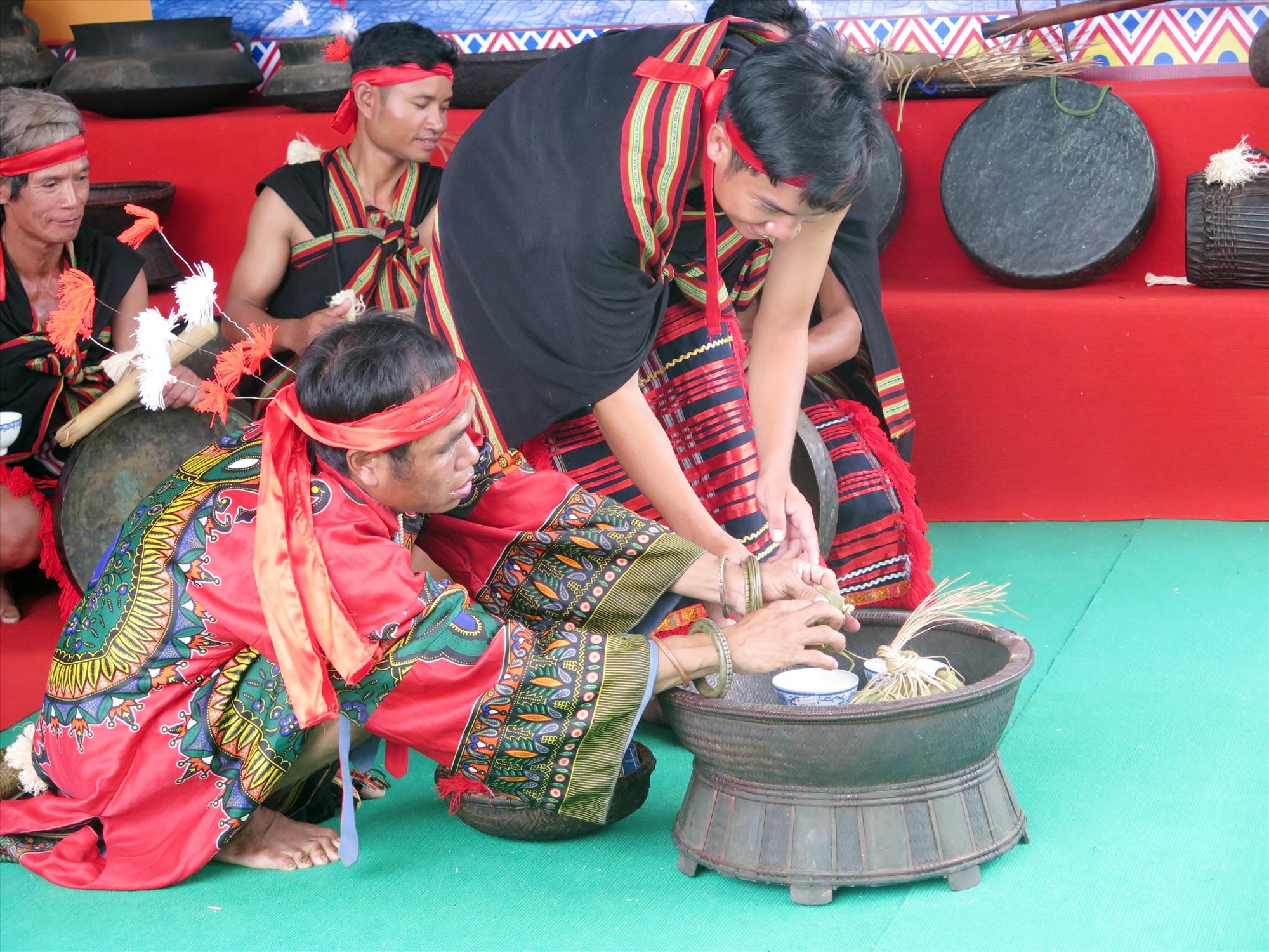 Văn hóa truyền thống của đồng bào dân tộc thiểu số cần được bảo tồn thích hợp. Ảnh: X.H