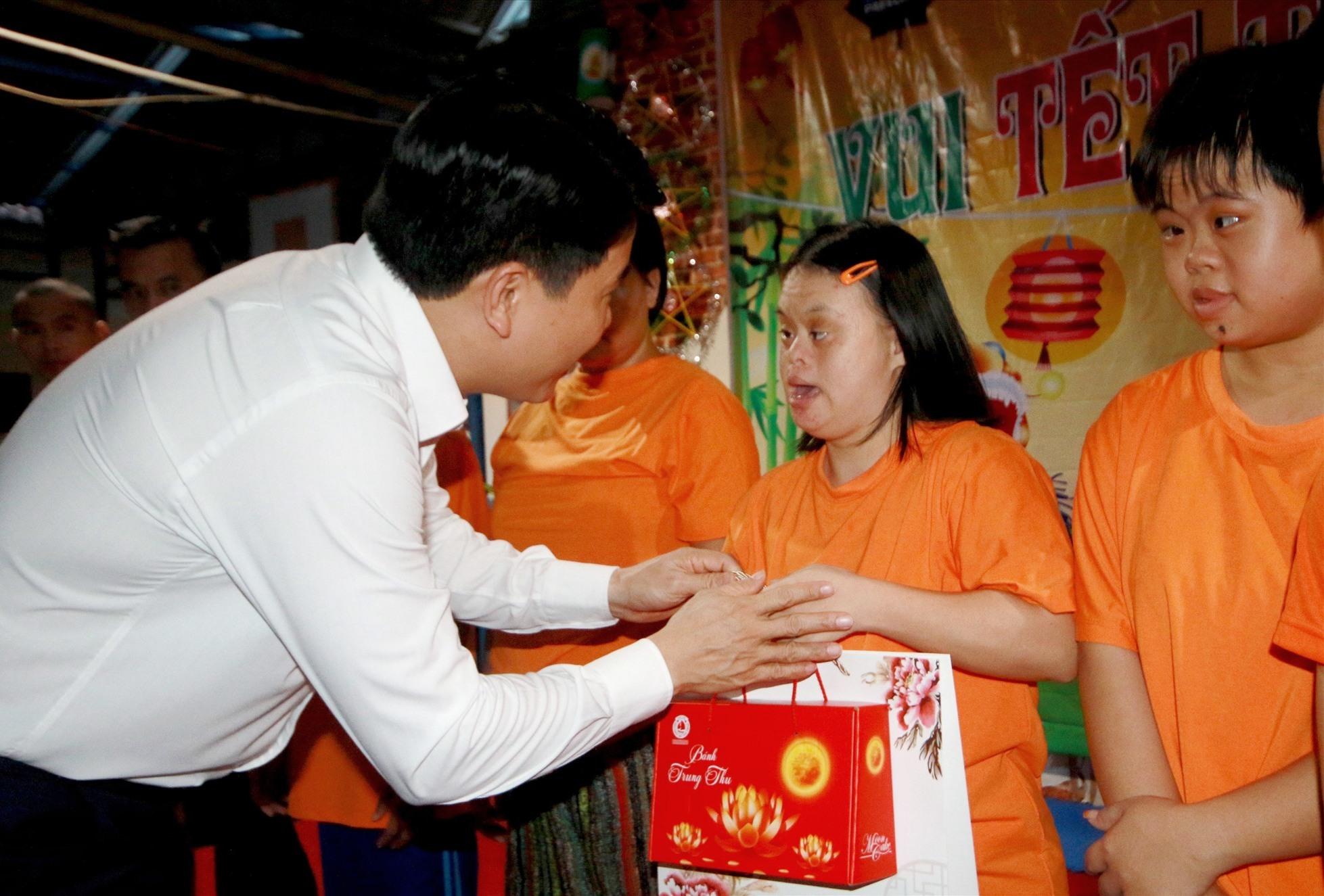 Tặng quà trung thu cho các trẻ em khuyết tật. Ảnh: T.C
