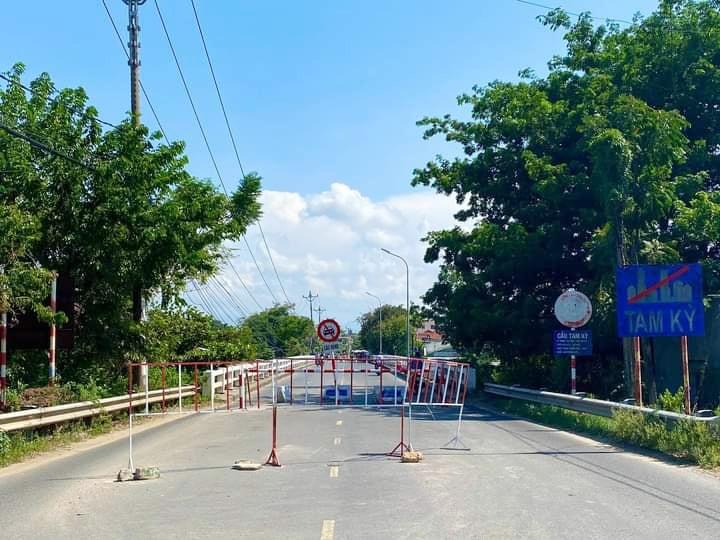 Cơ quan chức năng TP.Tam Kỳ dựng rào chắn cấm ô tô đi qua cầu Tam Kỳ (cũ). Ảnh: N.Q