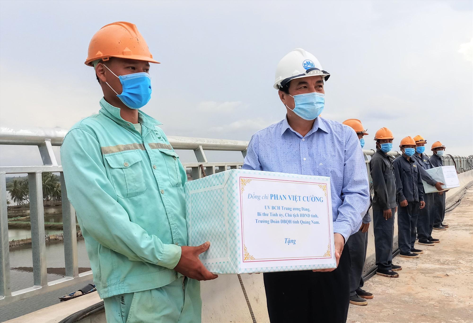 Bí thư Tỉnh ủy Phan Việt Cường tặng quà động viên công nhân thi công dự án trong chuyến kiểm tra vào chiều ngày 12.8 vừa qua. Ảnh: C.T