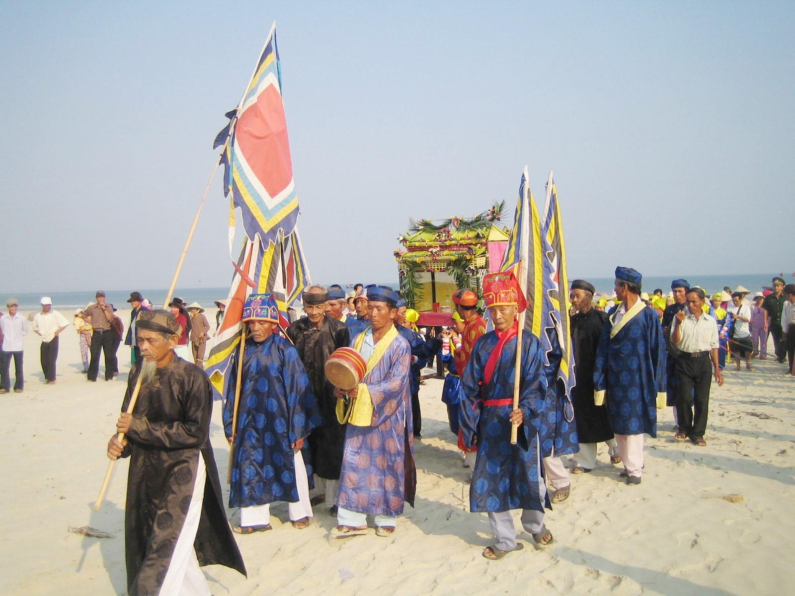 Nghi lễ rước thần Nam Hải (cá Ông) nhập lăng trong lễ cầu ngư của làng chài Tam Hải (Núi Thành). Ảnh: H.QUANG