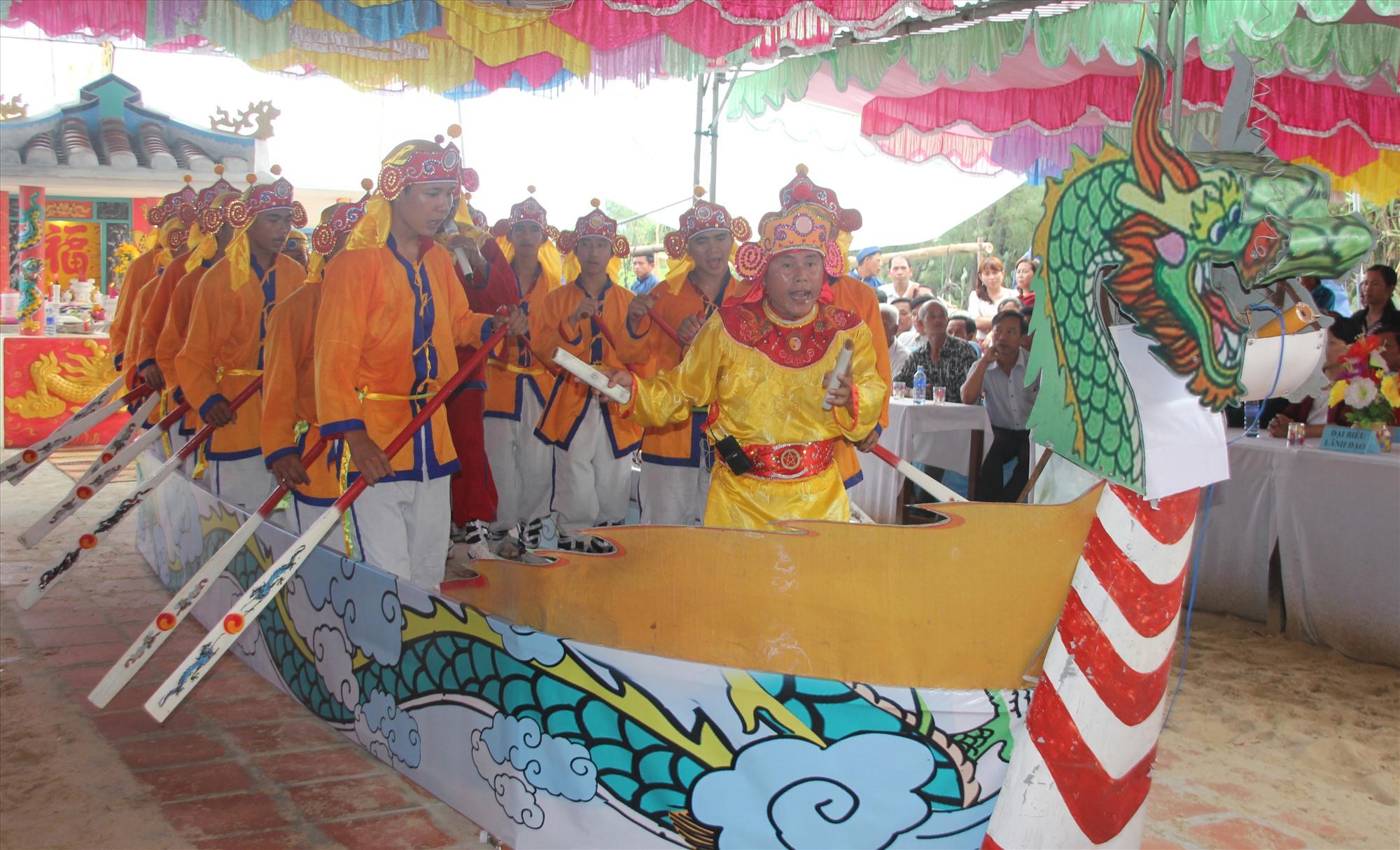 Lễ cầu ngư (cúng cá Ông), hát bả trạo ở làng chài Bình Minh (Thăng Bình). Ảnh: H.QUANG