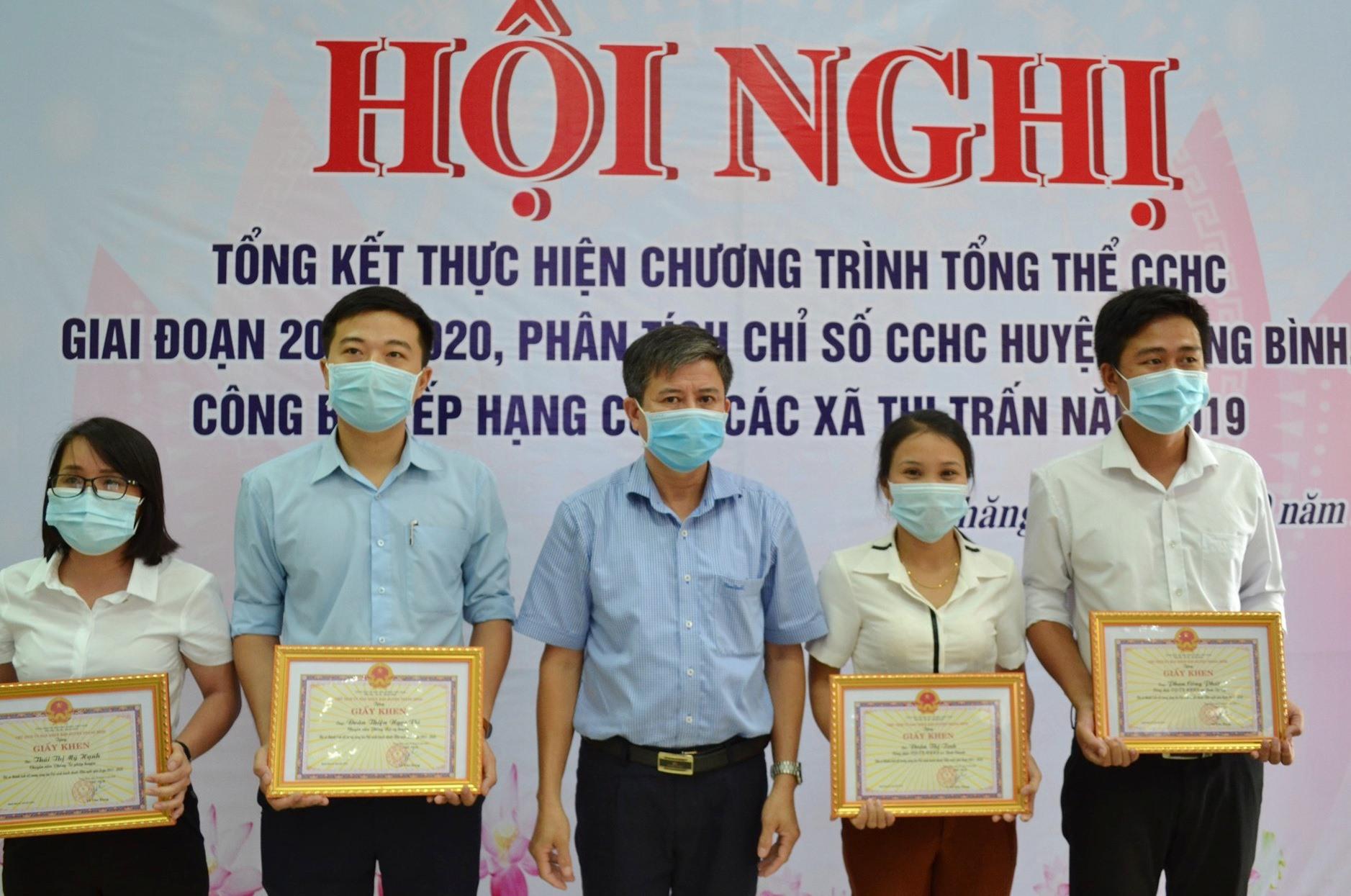 UBND huyện Thăng Bình khen thưởng một số cá nhâ, tập thể đạt thành tích trong cải cách hành chính giai đoạn 2011-2020.