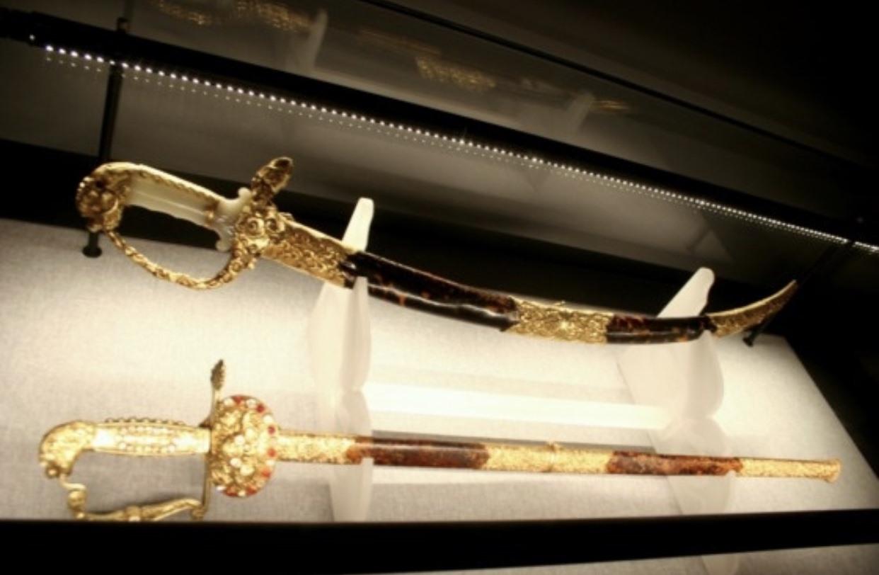 Đôi kiếm vàng triều Nguyễn đúc vào thế kỷ XIX, nặng 1,25kg tượng trưng cho quyền lực của vua. Ảnh: Nguyễn Đắc Xuân sưu tầm