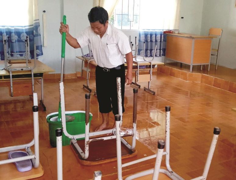 Thầy cô giáo làm vệ sinh trường lớp, chuẩn bị đón các em vào năm học mới.