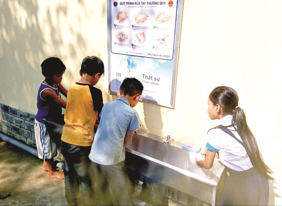 Mùa dịch, nên các em học sinh đến trường đều được thầy cô khuyến khích rửa sạch tay bằng xà phòng, đảm bảo vệ sinh thân thể.
