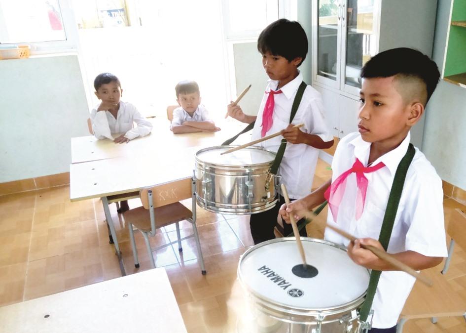 Ở một số điểm trường, học sinh trong đội nghi lễ luyện tập đánh trống chào cờ.