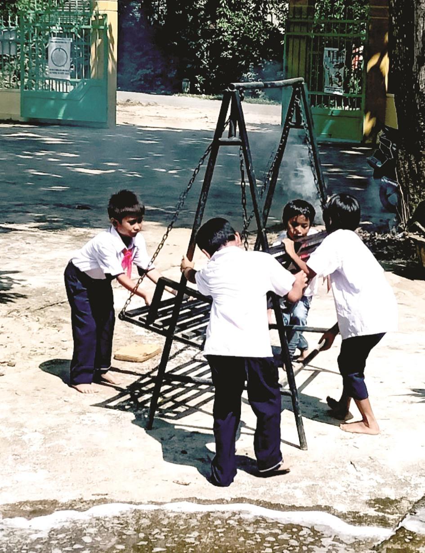 Tập trung vệ sinh trường lớp.