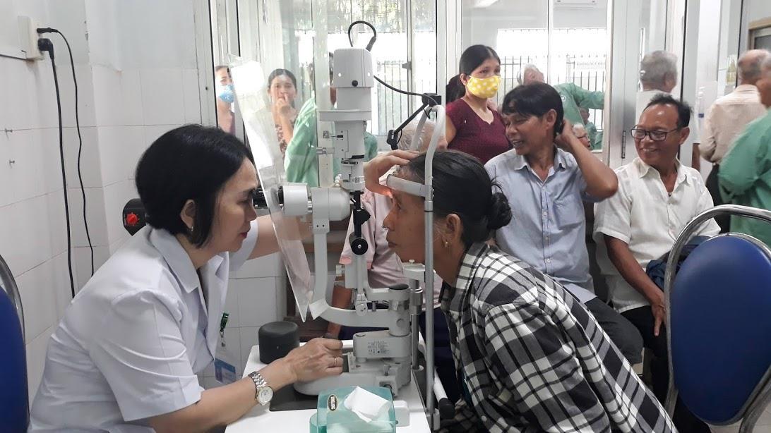 Bệnh nhân ở Nam Giang được khám mắt tại BVĐK tỉnh vào đầu tháng 7.2020 theo chương trình tài trợ của Quỹ Thiện tâm. Ảnh: C.N