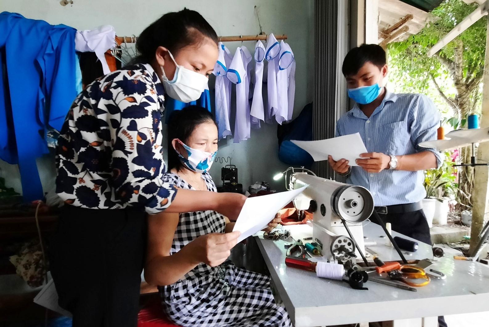 Tăng cường công tác giám sát của đội ngũ y tế ở cơ sở gắn với hoạt động của Tổ Giám sát và tuyên truyền phòng, chống dịch bệnh Covid-19 tại cộng đồng. Ảnh: Đ. ĐẠO
