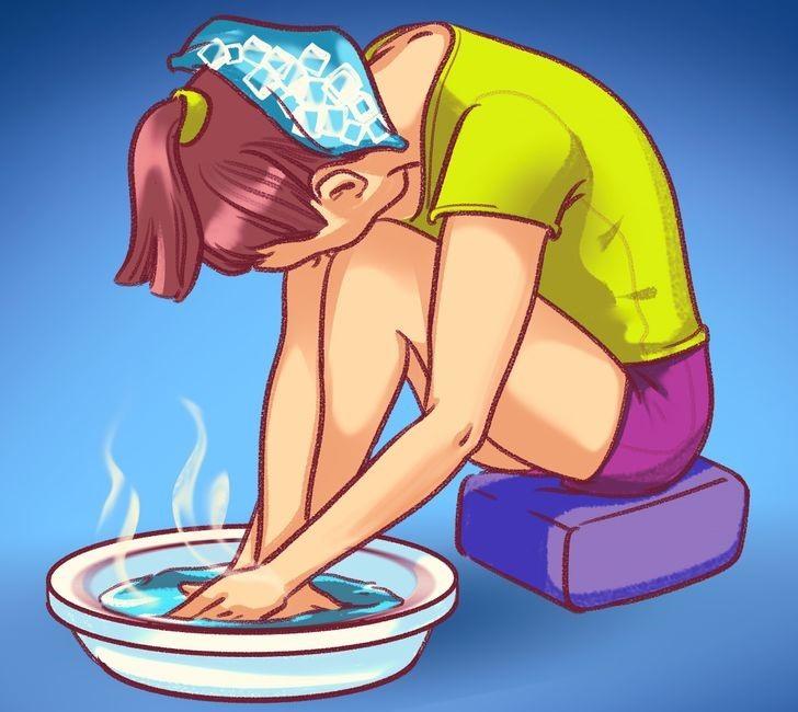 Mẹo để làm giảm huyết áp là hãy ngay lập tức ngâm chân, tay trong nước nóng (ở mức độ chịu được) trong khoảng 10 - 15 phút. Tuy nhiên, nếu không thấy đỡ, cần lập tức tới bệnh viện để kiểm tra. Ảnh Brightside