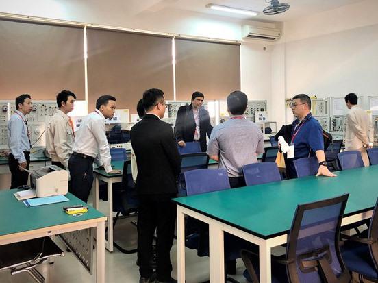 Đoàn Kiểm định ABET kiểm tra các phòng thực hành điện - điện tử của Trường Đại học Duy Tân vào cuối tháng 11.2019. Ảnh: N.T.B