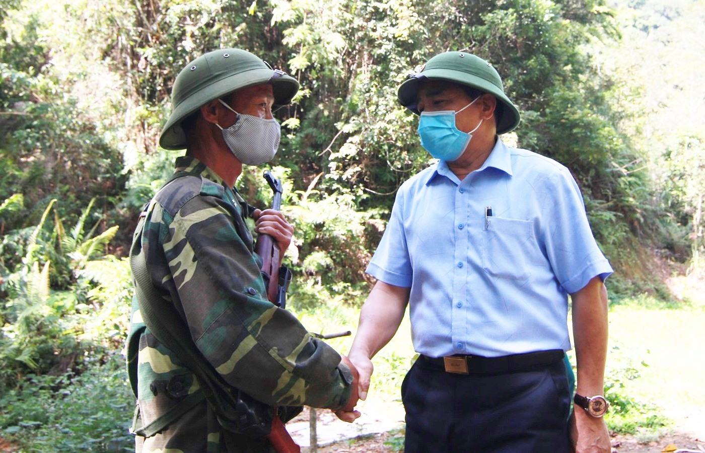 Thăm hỏi, động viên chiến sĩ Brao Mưa, trực gác tại khu vực sát cột mốc biên giới 678. Ảnh: T.C