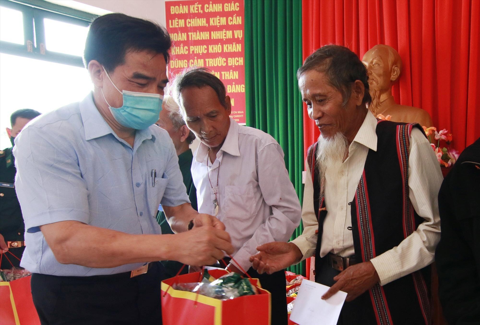 Dịp này, đoàn công tác cũng trao tặng nhiều phần quà cho già làng uy tín, gia đình chính sách trên địa bàn xã A Nông. Ảnh: T.C