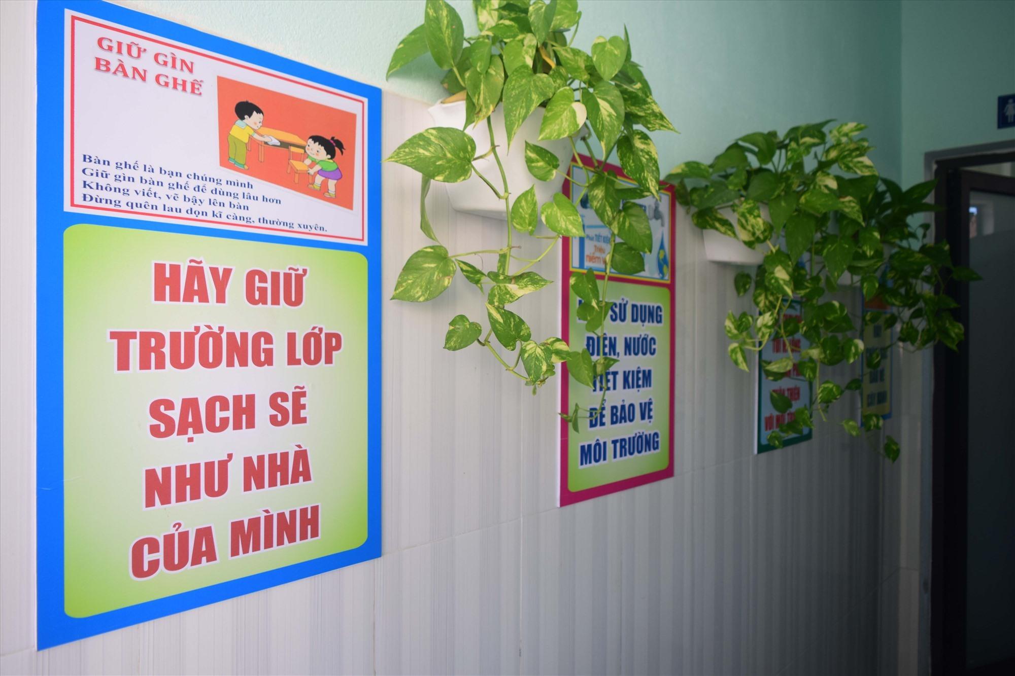 Một góc trang trí tại lối vào nhà vệ sinh trường Tiểu học Lê Thị Hồng Gấm. Ảnh: THÁI CƯỜNG