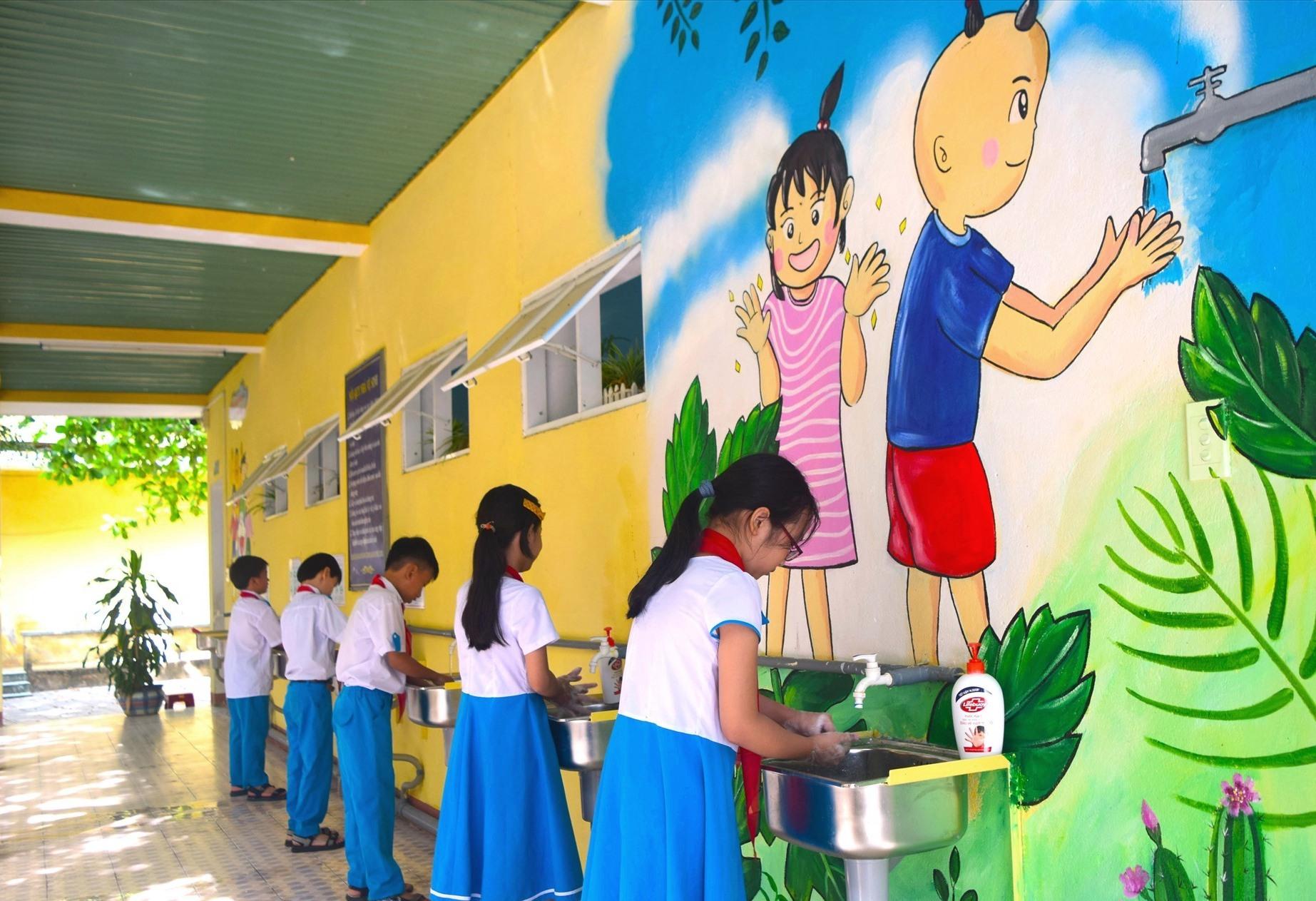 Tranh bích họa được vẽ nên mảng tường nhà vệ sinh trường Tiểu học Trần Quốc Toản. Ảnh: THÁI CƯỜNG