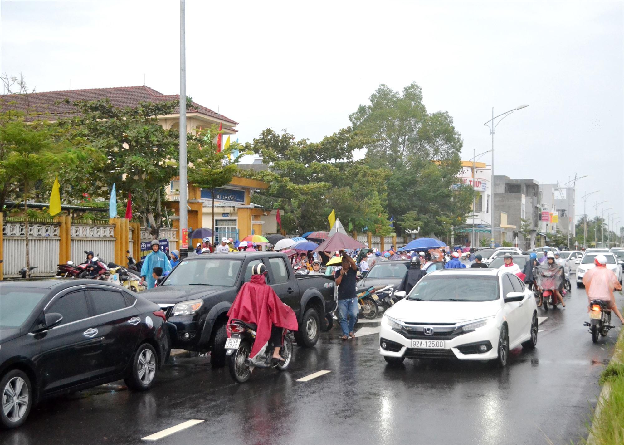 Cảnh ùn tắc giao thông giờ tan học trước cổng một trường tiểu học ở TP.Tam Kỳ. Ảnh: C.T