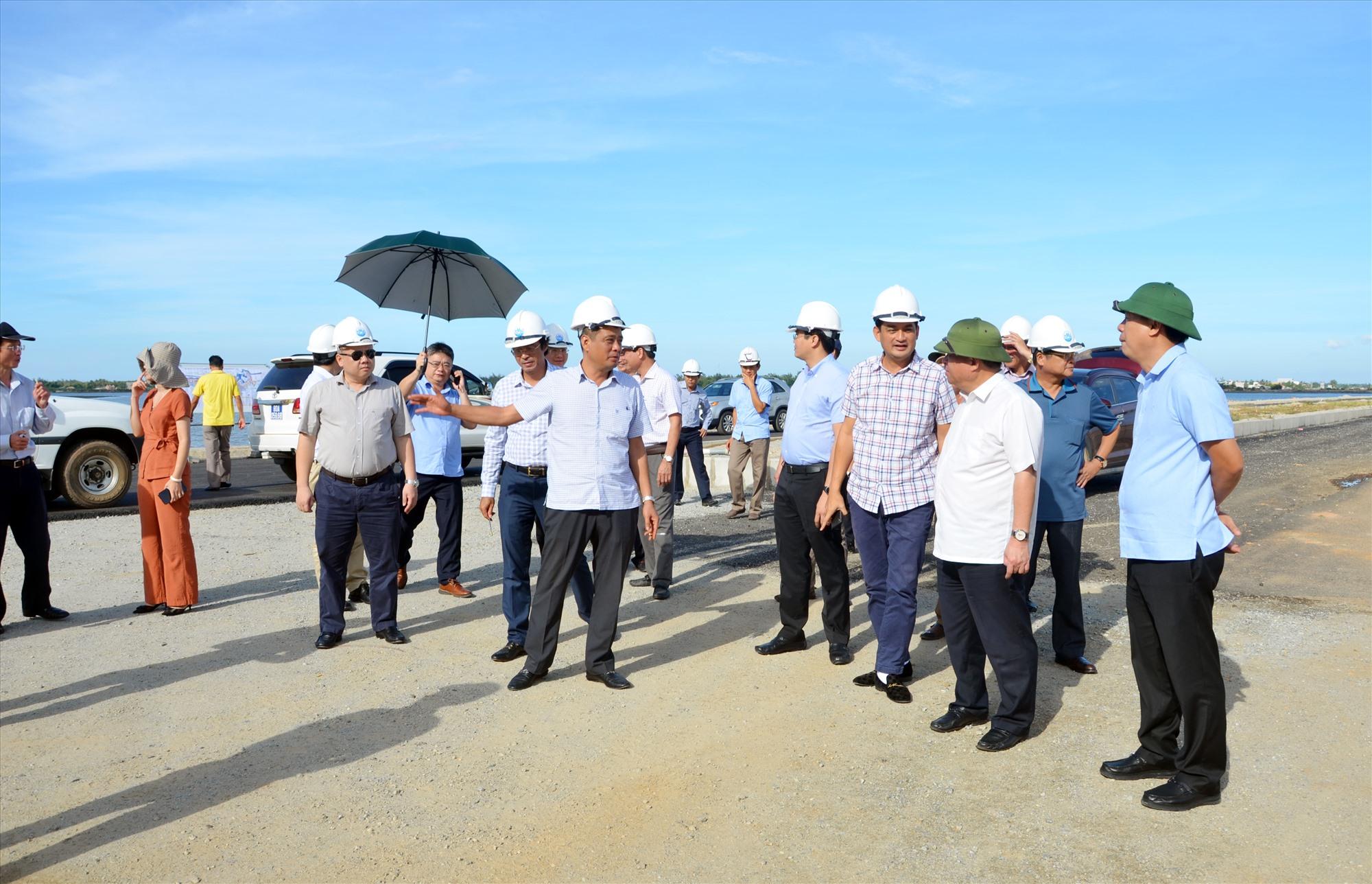 Bộ trưởng Bộ KH-ĐT kiểm tra thi công đường Võ Chí Công, đoạn qua huyện Núi Thành. Ảnh: H.P