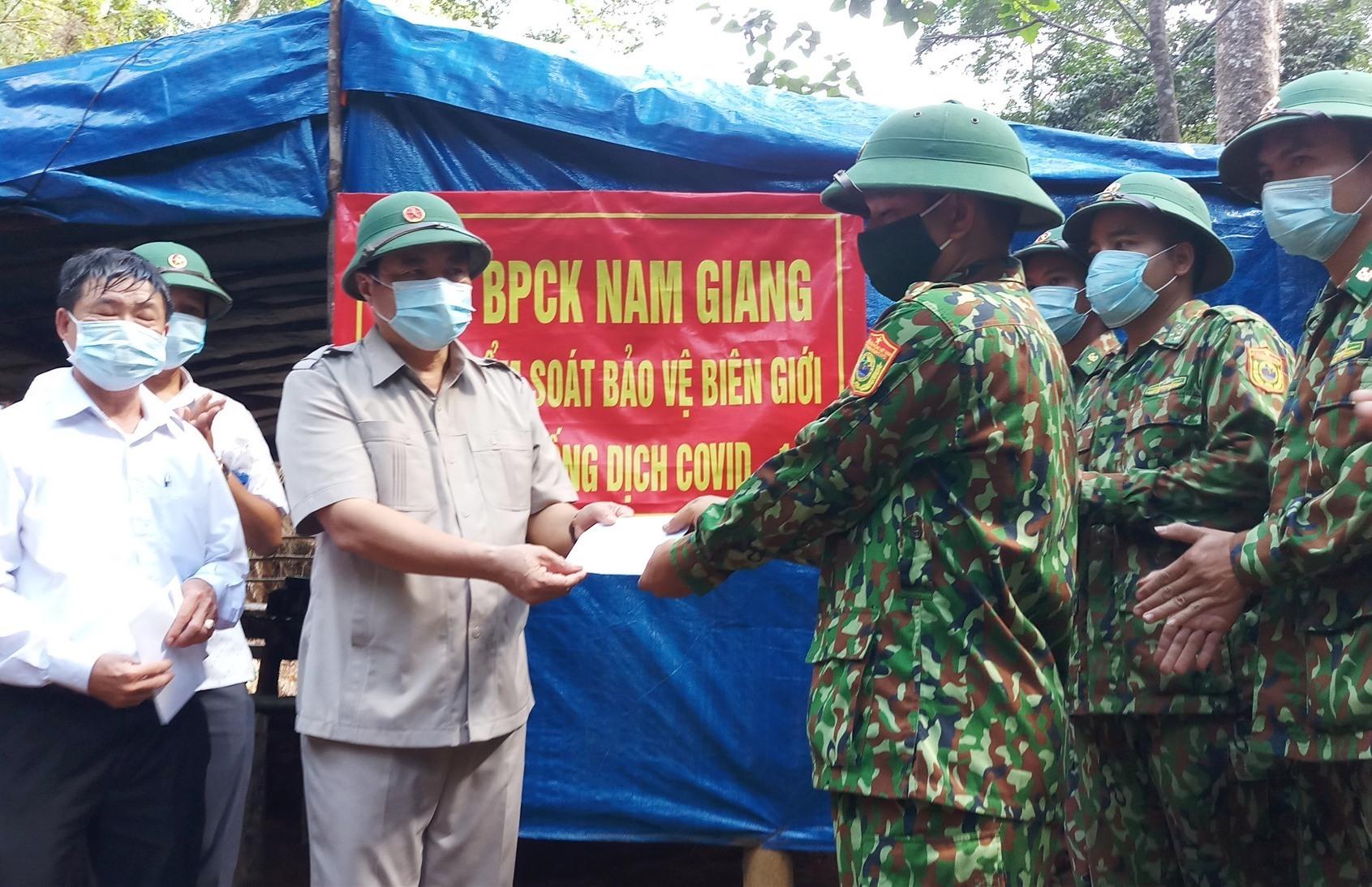 Bí thư Tỉnh ủy Phan Việt Cường trao quà động viên các chiến sĩ. Ảnh: A.N