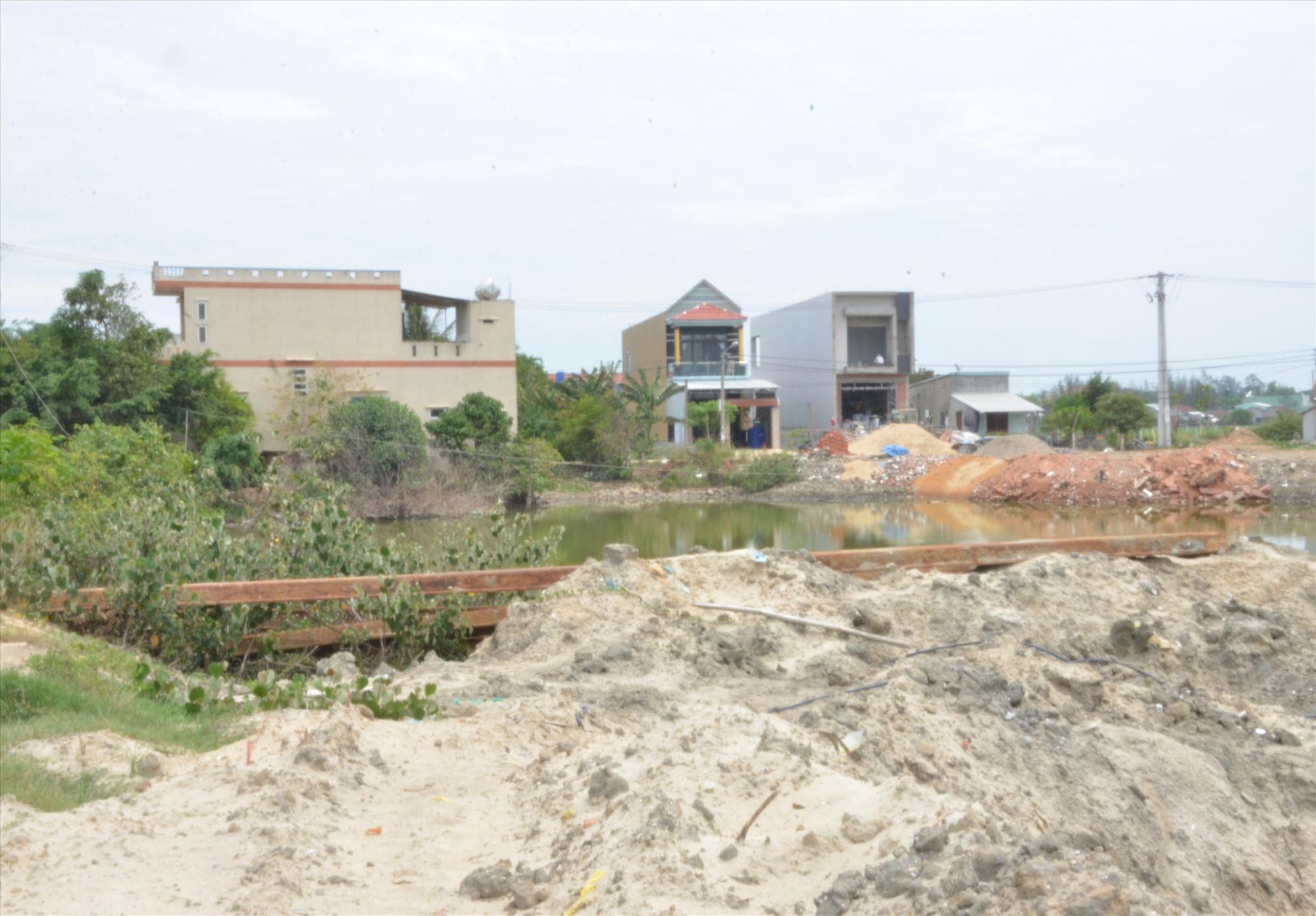 Ngoài 4 hộ phía thị trấn Núi Thành chưa ra quyết định thu hồi đất, bố trí tái định cư, thì phía Tam Giang cũng bị ách tắc mặt bằng. Ảnh: T.H