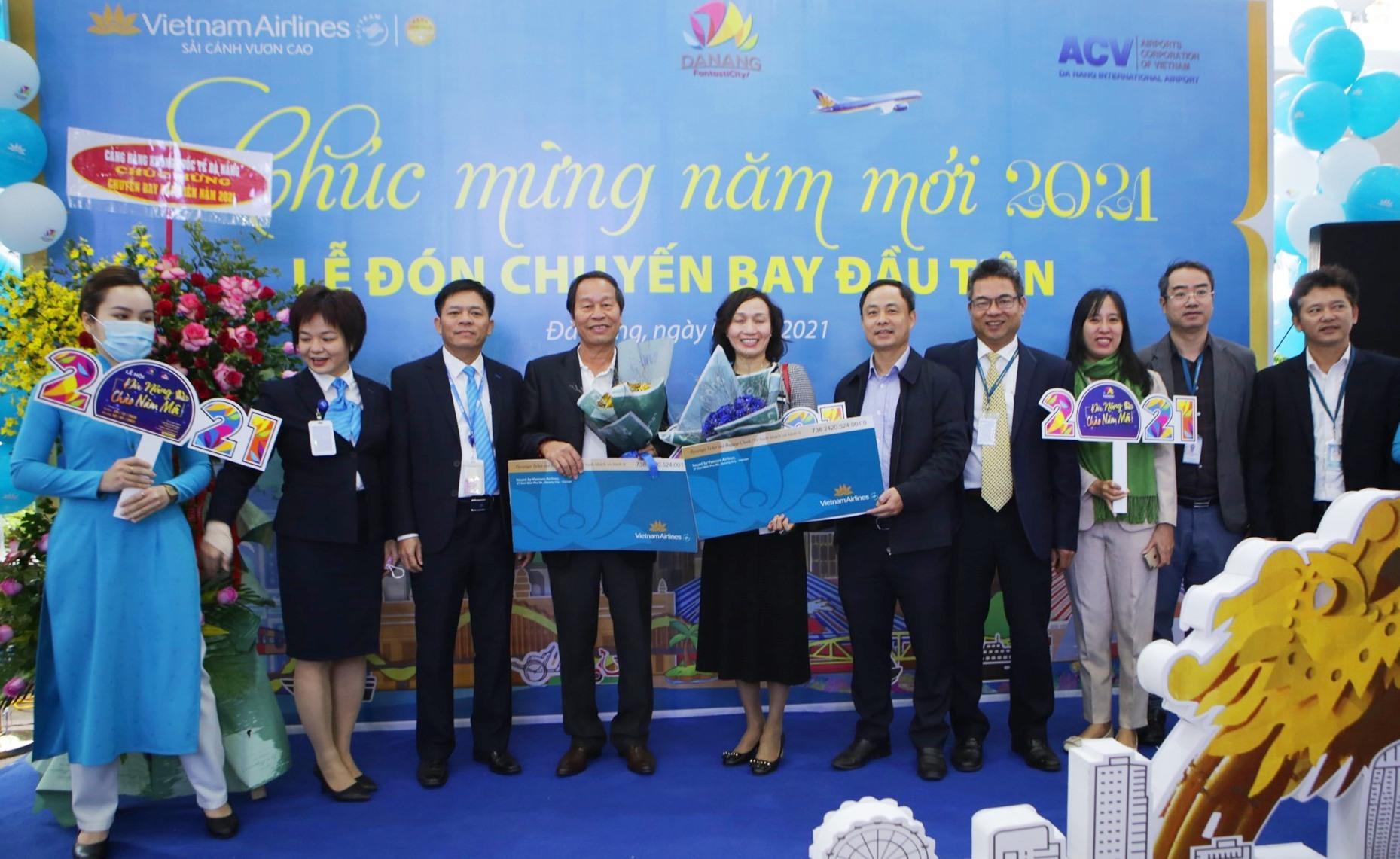 Lãnh đạo Sở Du lịch Đà Nẵng và Cảng Hàng không quốc tế Đà Nẵng cùng Vietnam Airlines tổ chức đón chuyến bay đầu tiên trong dịp Tết dương lịch 2021. Ảnh: XUÂN LAN