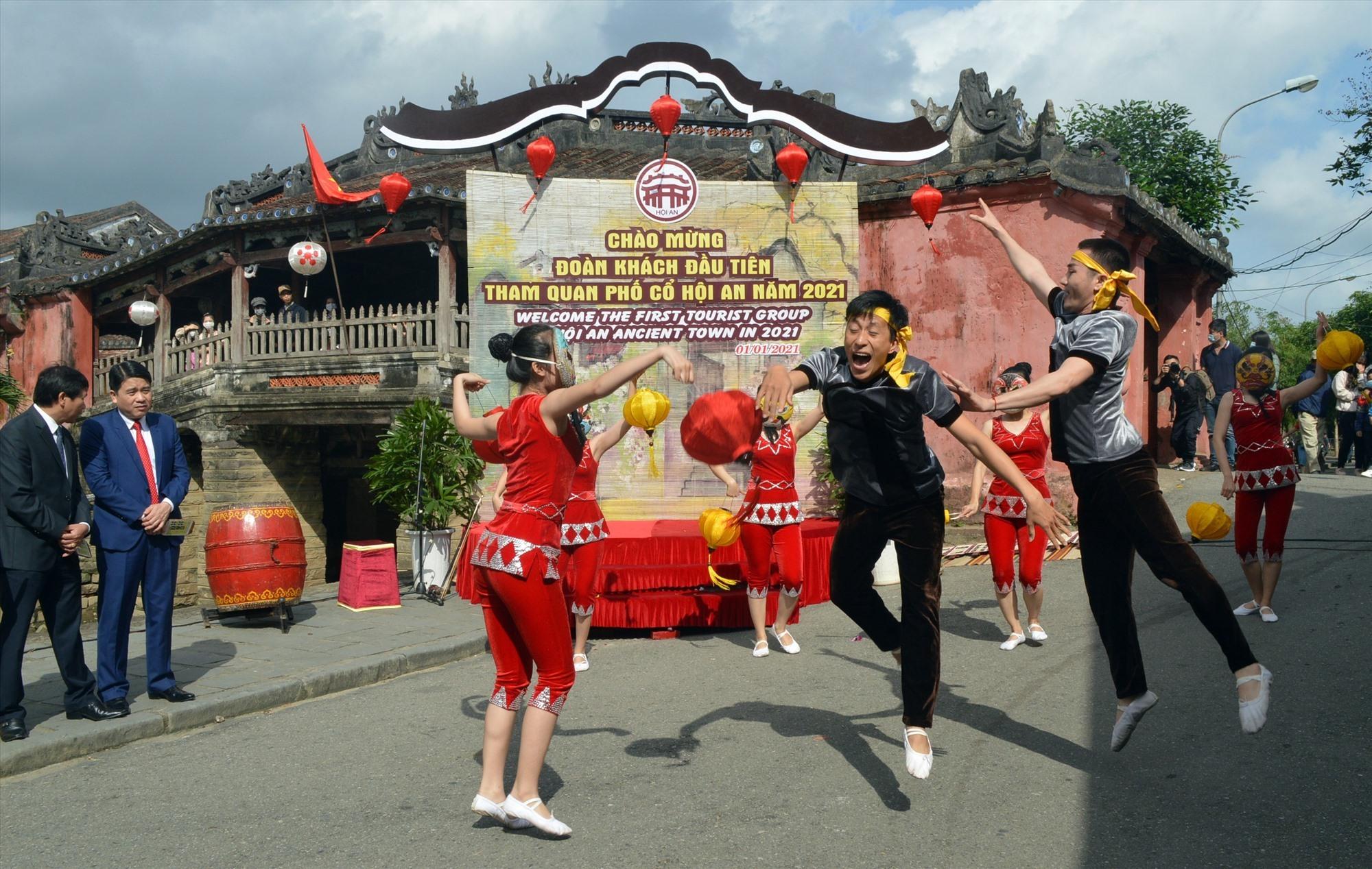 Nhiều hoạt động văn hóa văn nghệ chào đón đoàn khách xông đất đã diễn ra trong dịp này