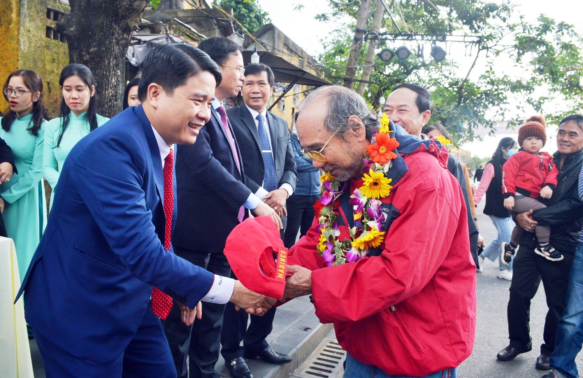 Phó Chủ tịch UBND tỉnh Trần Văn Tân tặng đón những vị khách đầu tiên xông đất Hội An năm 2021