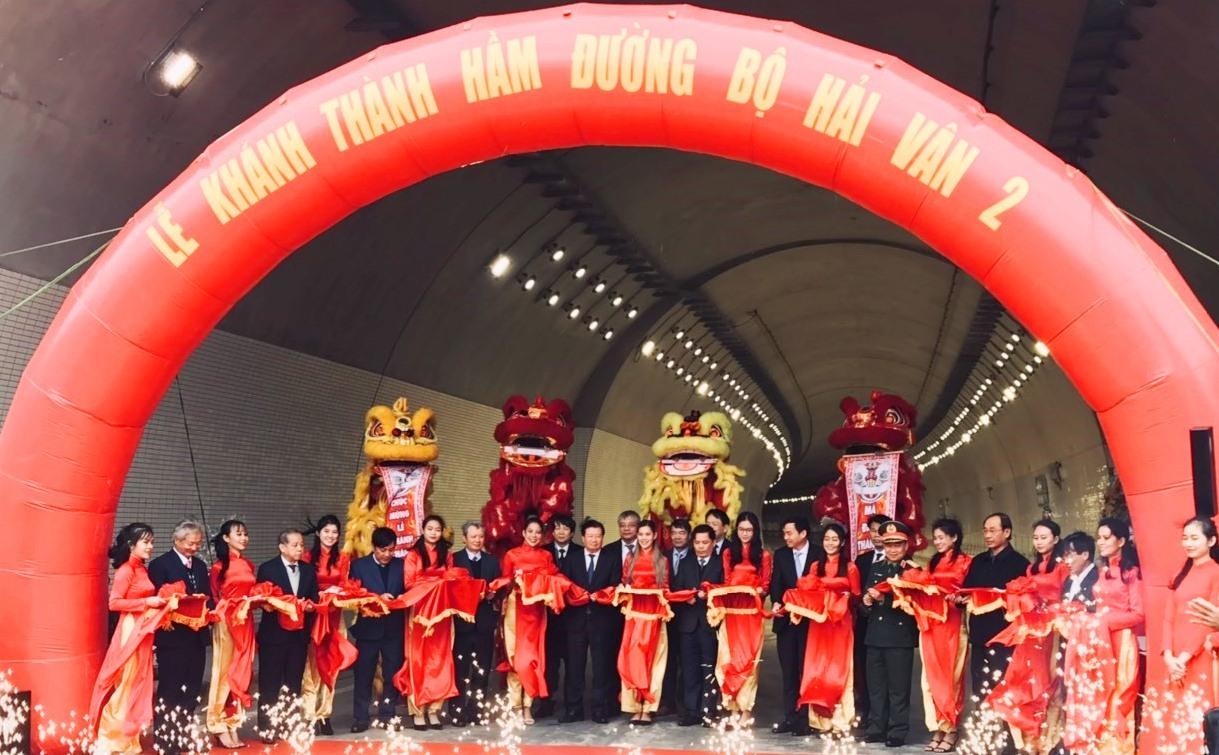 Phó Thủ tướng Trịnh Đình Dũng và các đại biểu cắt băng khánh thành hầm đường bộ Hải vân 2 sáng ngày 11.1.2021. Ảnh NĐ