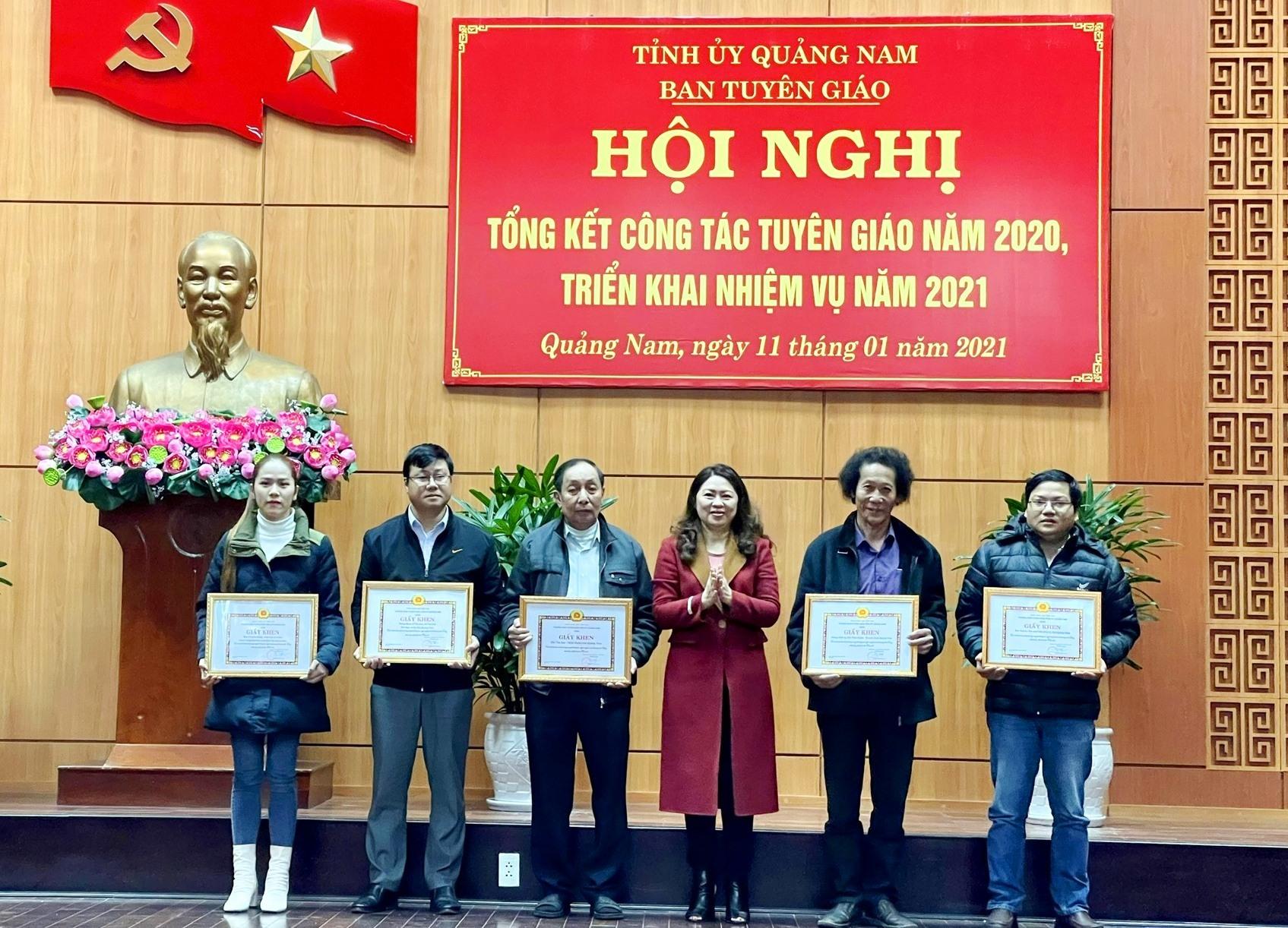 Trưởng ban Tuyên giáo Tỉnh ủy Nguyễn Thị Thu Lan tặng Giấy khen cho 5 tập thể có thành tích xuất sắc trông công tác thông tin, tuyên truyền chủ trương của Đảng, chính sách pháp luật Nhà nước. Ảnh: N.Đ