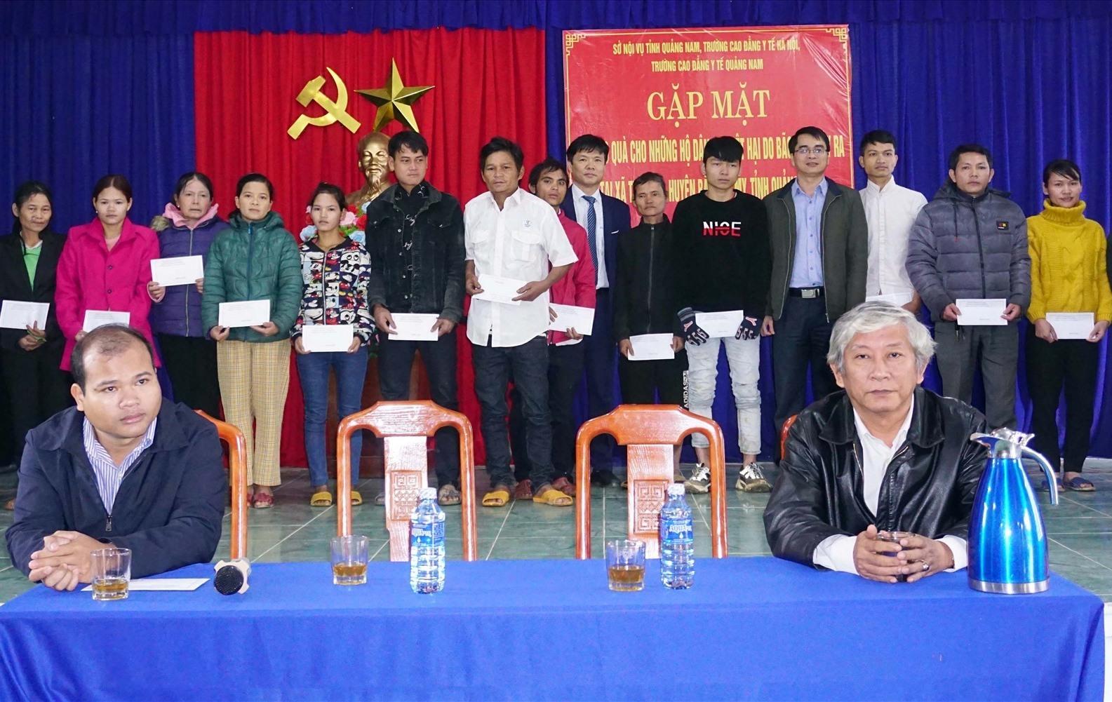 Đoàn công tác trao quà các hộ dân xã Trà Giáp. Ảnh: H.T