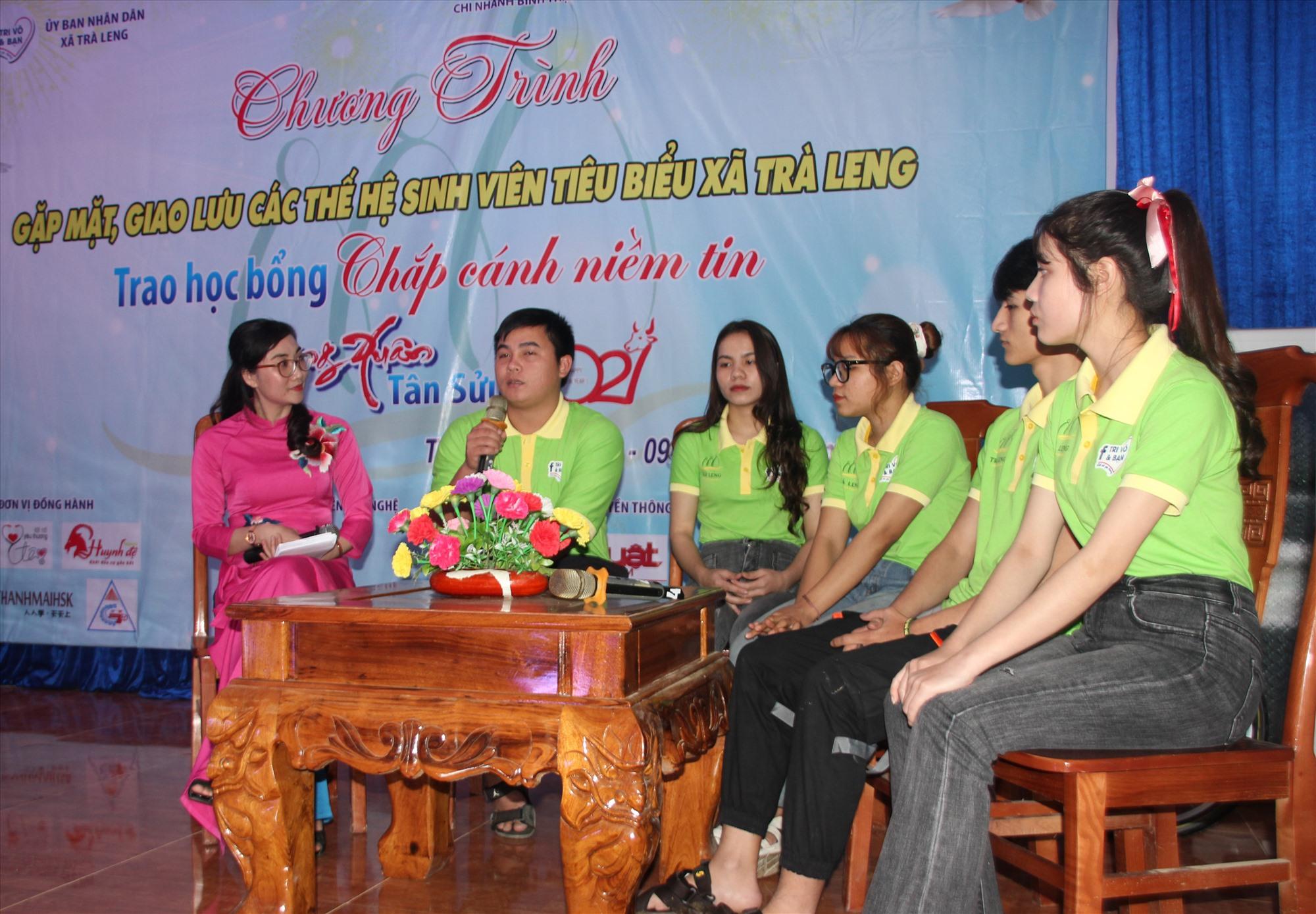 Sinh viên chia sẻ những câu chuyện của mình với học sinh Trà Leng. Ảnh: H.QUANG