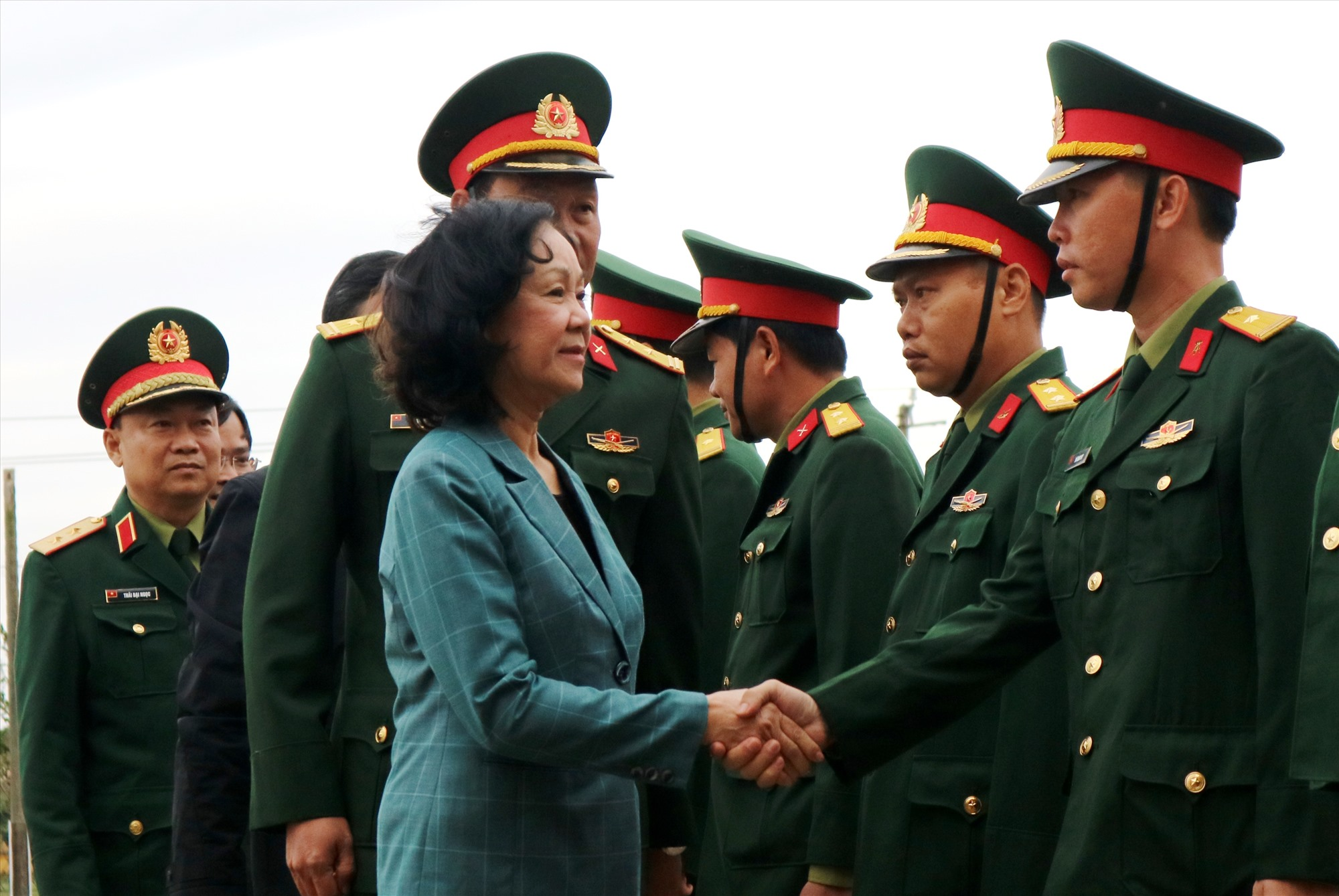 Đồng chí Trương Thị Mai động viên tinh thần các chiến sĩ Trung đoàn 143. Đồng thời bày tỏ niềm vui trước những danh hiệu mà đơn vị quân đội này đạt được thời gian qua. Ảnh: A.N